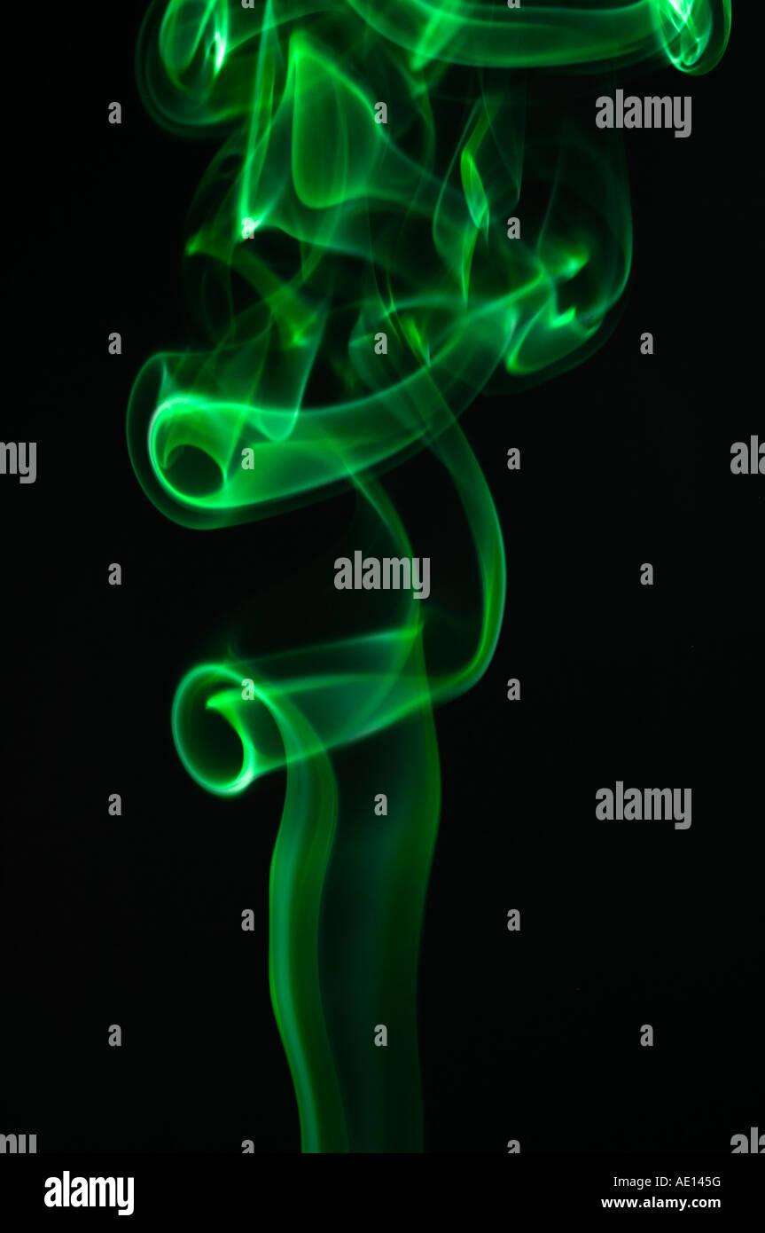 Green pennacchi di fumo su sfondo nero Immagini Stock