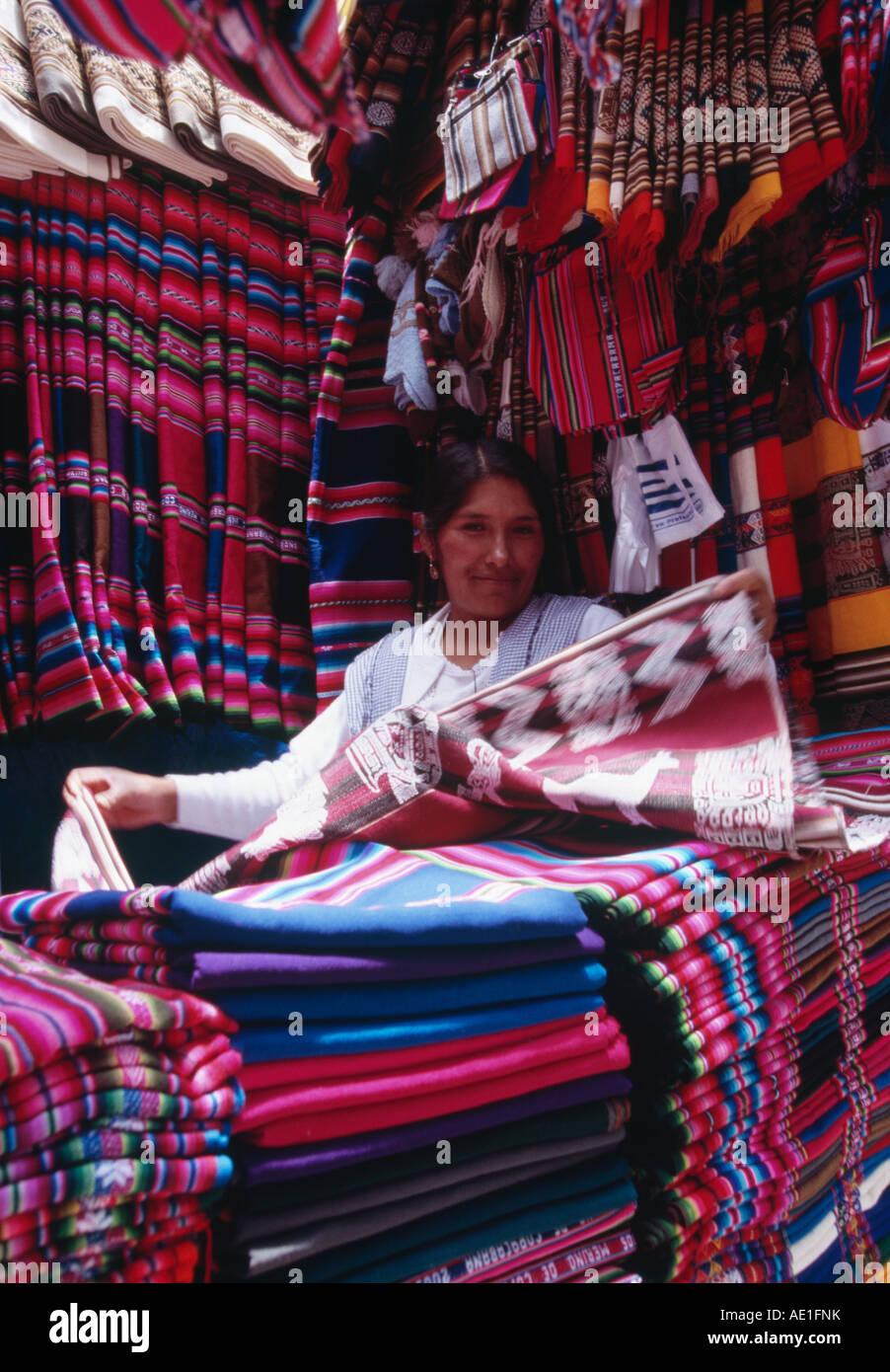 Commerciante tessile - Mercado Negro, La Paz in Bolivia Immagini Stock