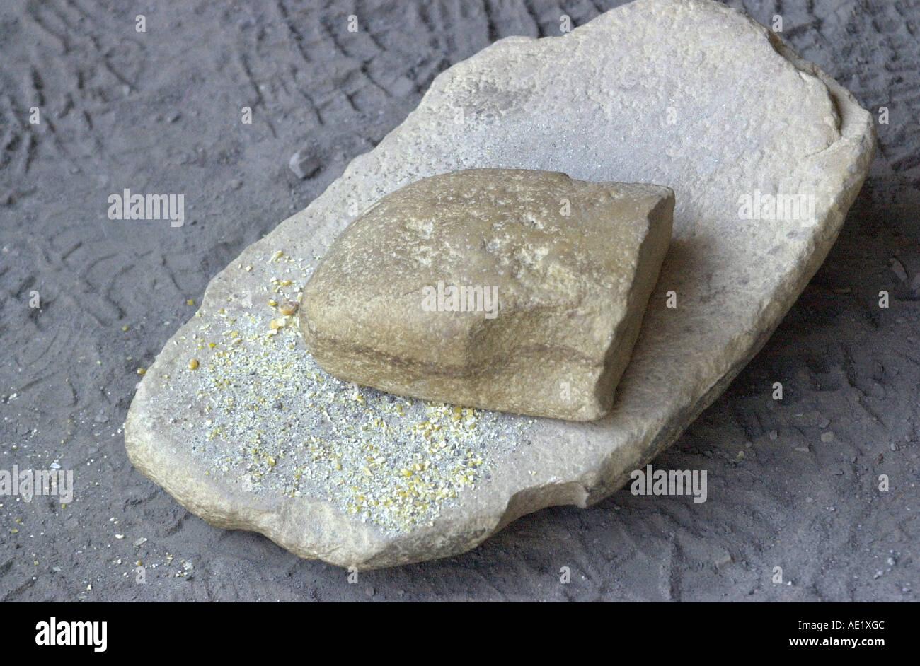 Anasazi metate y mano una pietra per la macinazione di mais a Mesa Verde National Park in Colorado. Fotografia digitale Immagini Stock