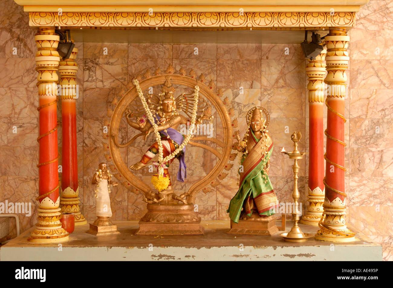 Santuario con divinità Indù, una danza Shiva, Al Maha Sri Mariamman Temple, Kuala Lumpur, Malesia, Asia Immagini Stock