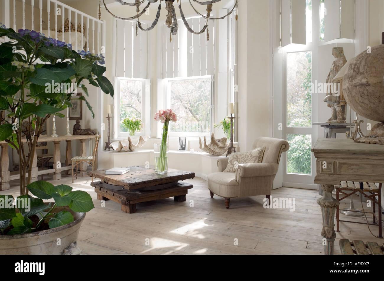 Bianco piano aperto interno con pianta in vaso, grandi finestre e mezzanine Immagini Stock