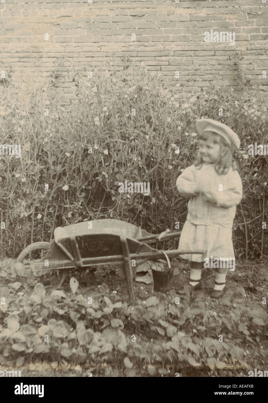 Armadio fotografia del bambino nel giardino circa 1890 Immagini Stock