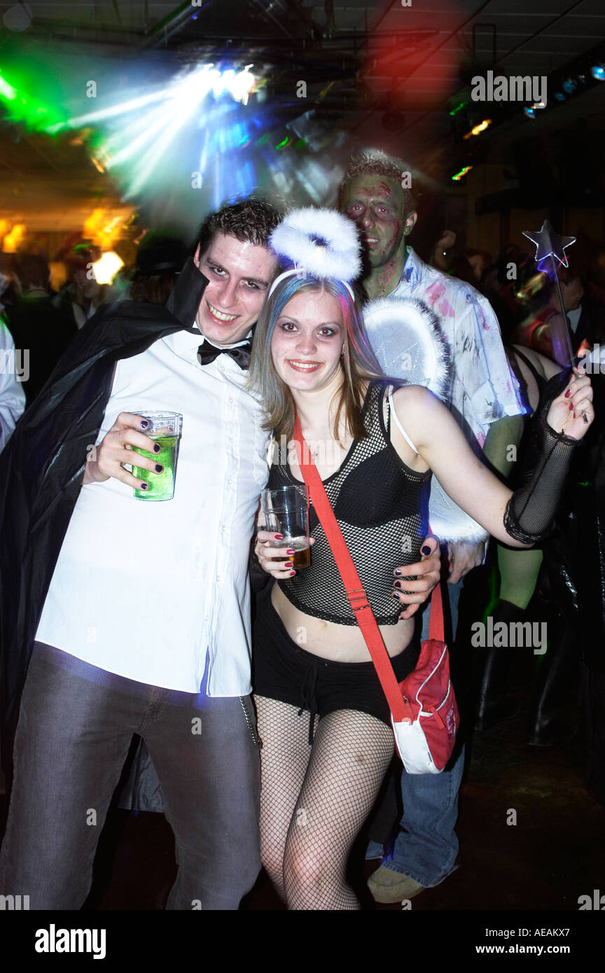 Giovani studenti dancing in The Rocky Horror Show discoteca notte a Aberystwyth studenti universitari unione, Wales UK Immagini Stock