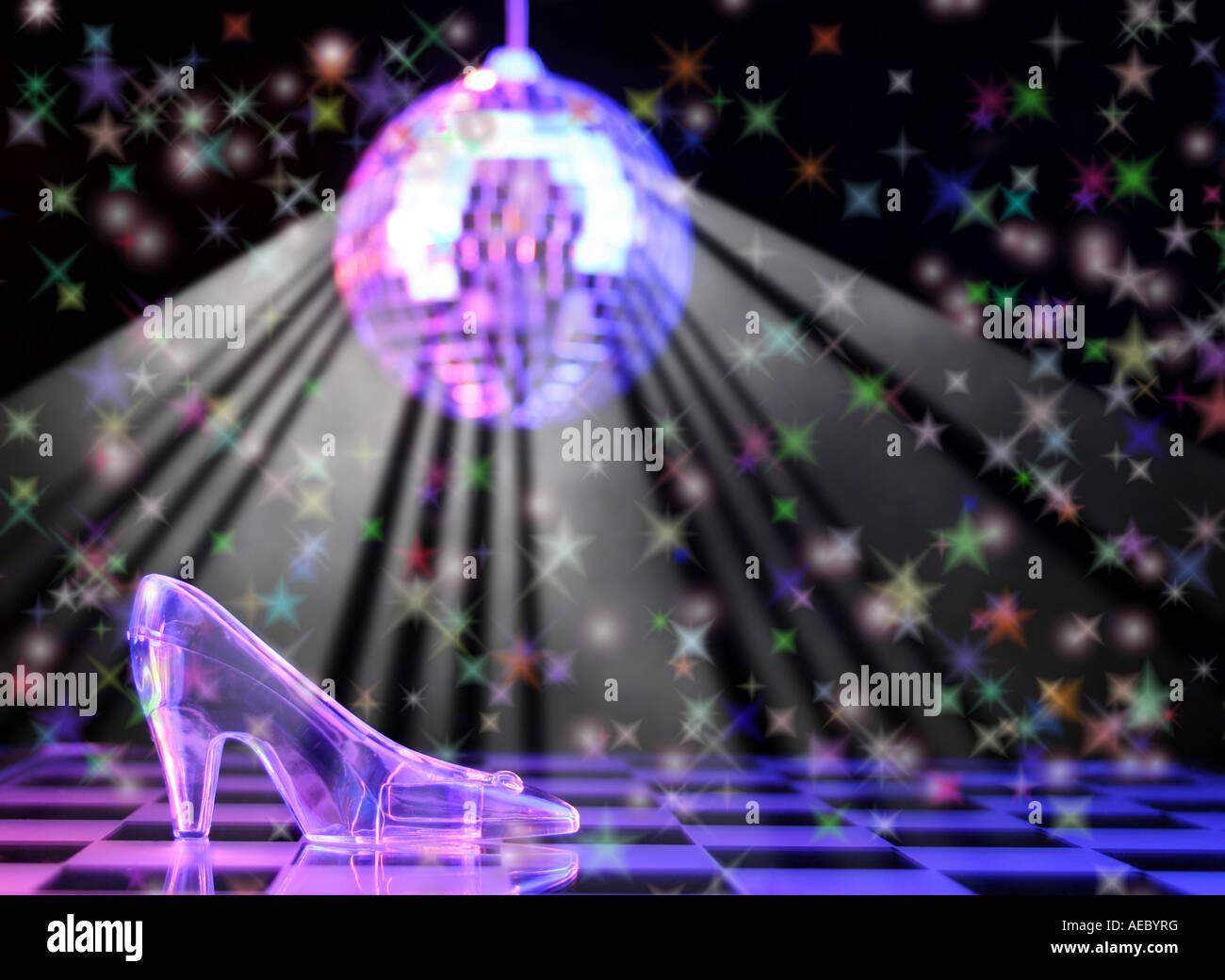 Pantofola in vetro con palla da discoteca in background DOF poco profondo Immagini Stock