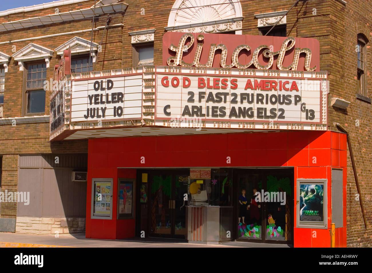 ILLINOIS Lincoln Dio benedica l America e titoli di film sul cinema marquee nella piccola piazza cittadina Immagini Stock