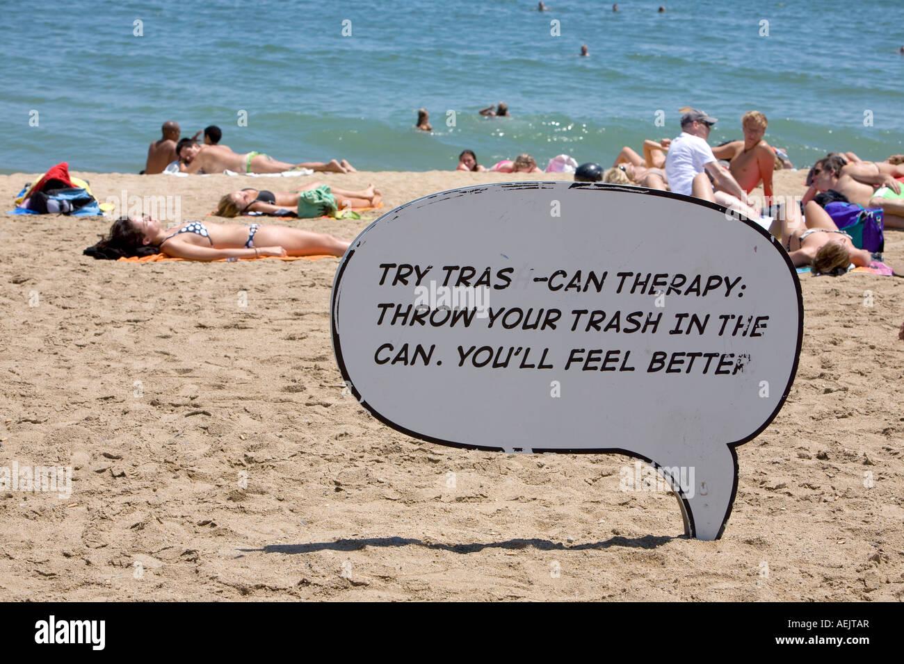 Richiesta per mantenere la spiaggia pulita, Platja de Bareloneta, Barcellona, in Catalogna, Spagna Immagini Stock