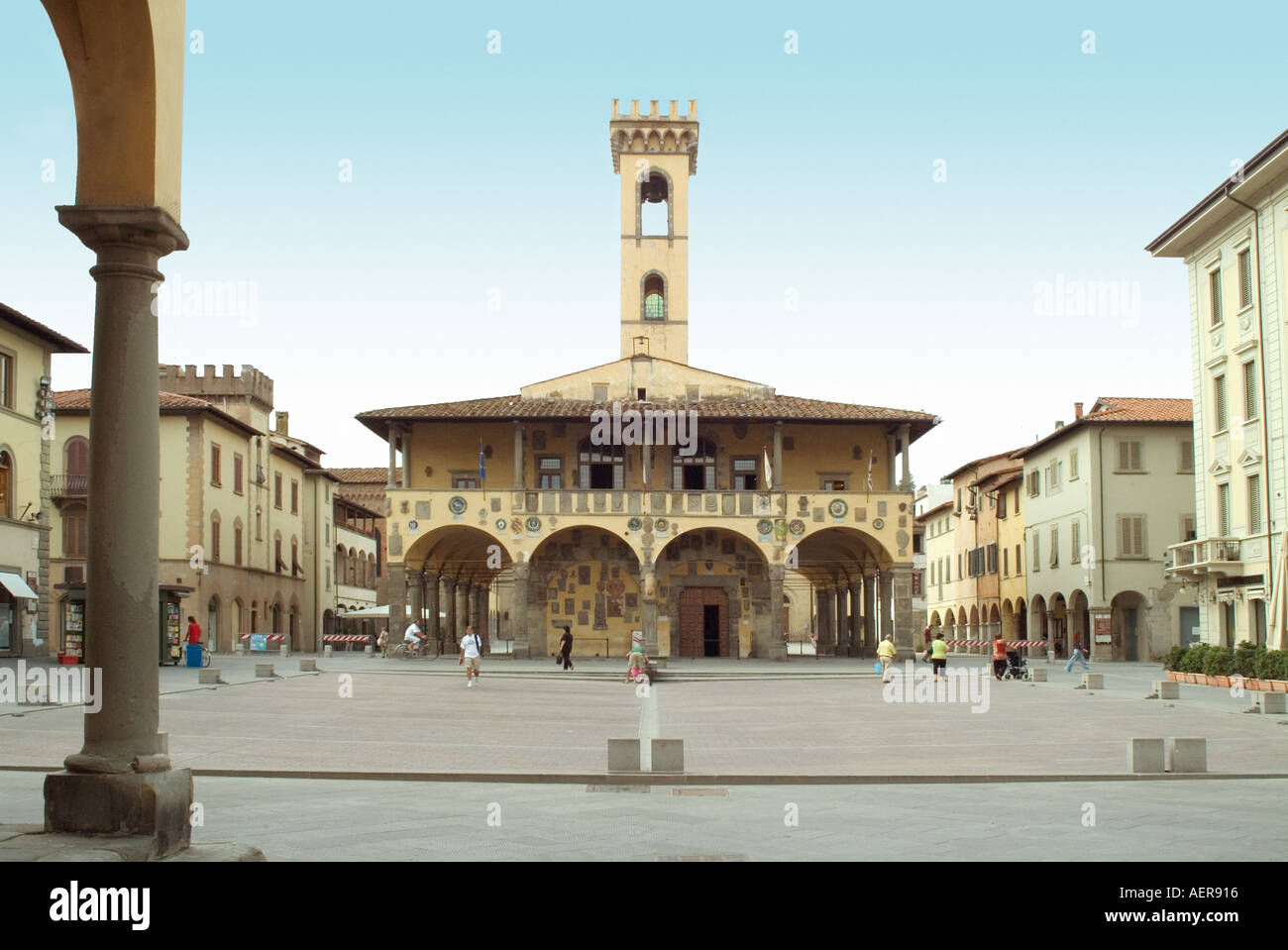 Toscana Italia Piazza Masaccio a San Giovanni Valdarno con la Basilica di Santa Maria delle Grazie in background Toscana Foto Stock
