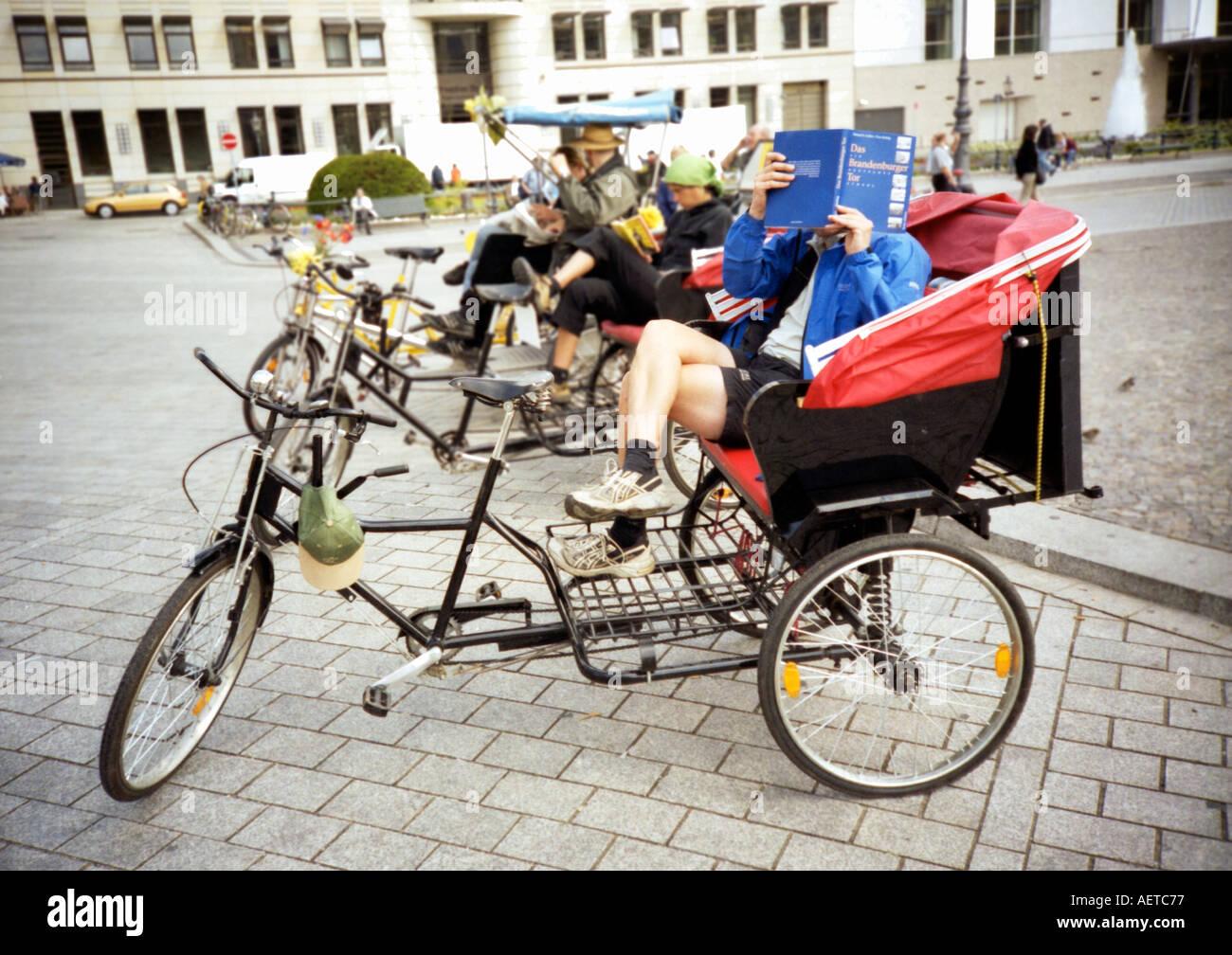 Velo taxi in attesa per le tariffe al di fuori della Porta di Brandeburgo, Berlino, Germania, Europa Immagini Stock