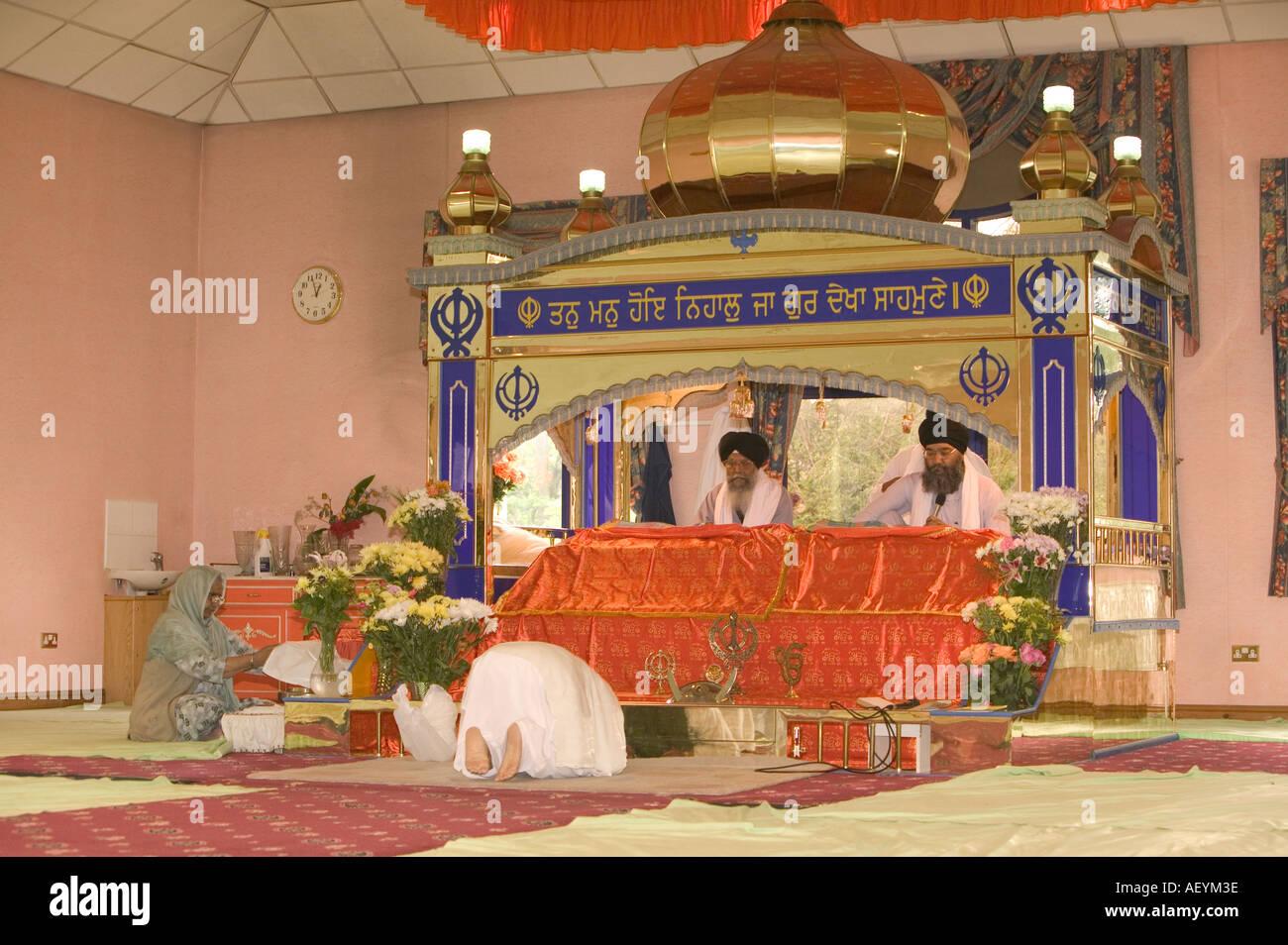 Uomini santi e fedeli all'interno di un tempio sikh in chapeltown Leeds REGNO UNITO Immagini Stock