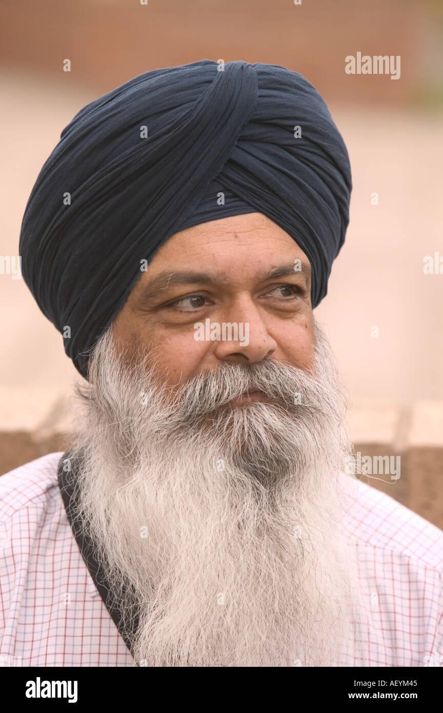 Un gentiluomo sikh indossando un turbante al di fuori del tempio sikh in Chapeltown Leeds Immagini Stock