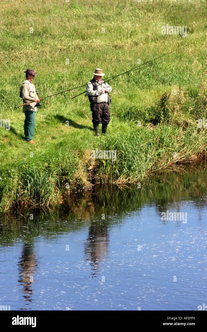 Pescare nel fiume Bush in Bushmills, County Antrim, Irlanda del Nord Immagini Stock