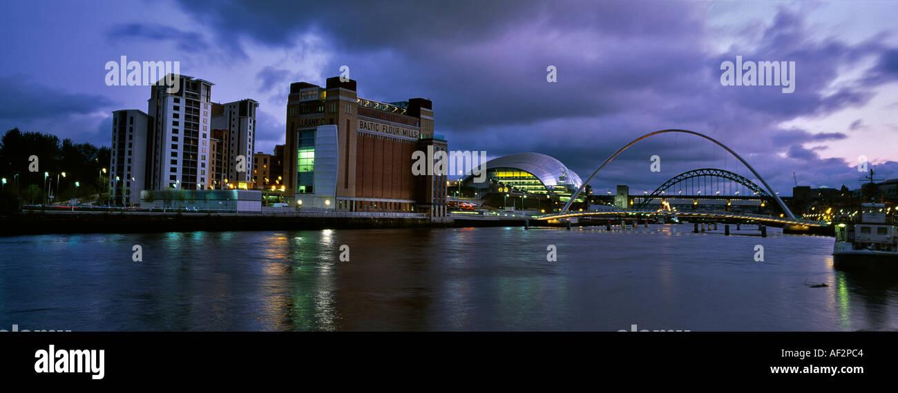 Fiume Tyne NEWCASTLE UPON TYNE E GATESHEAD BALTIC ART GALLERY Millennium Bridge e la Salvia Centre Regno Unito Foto Stock