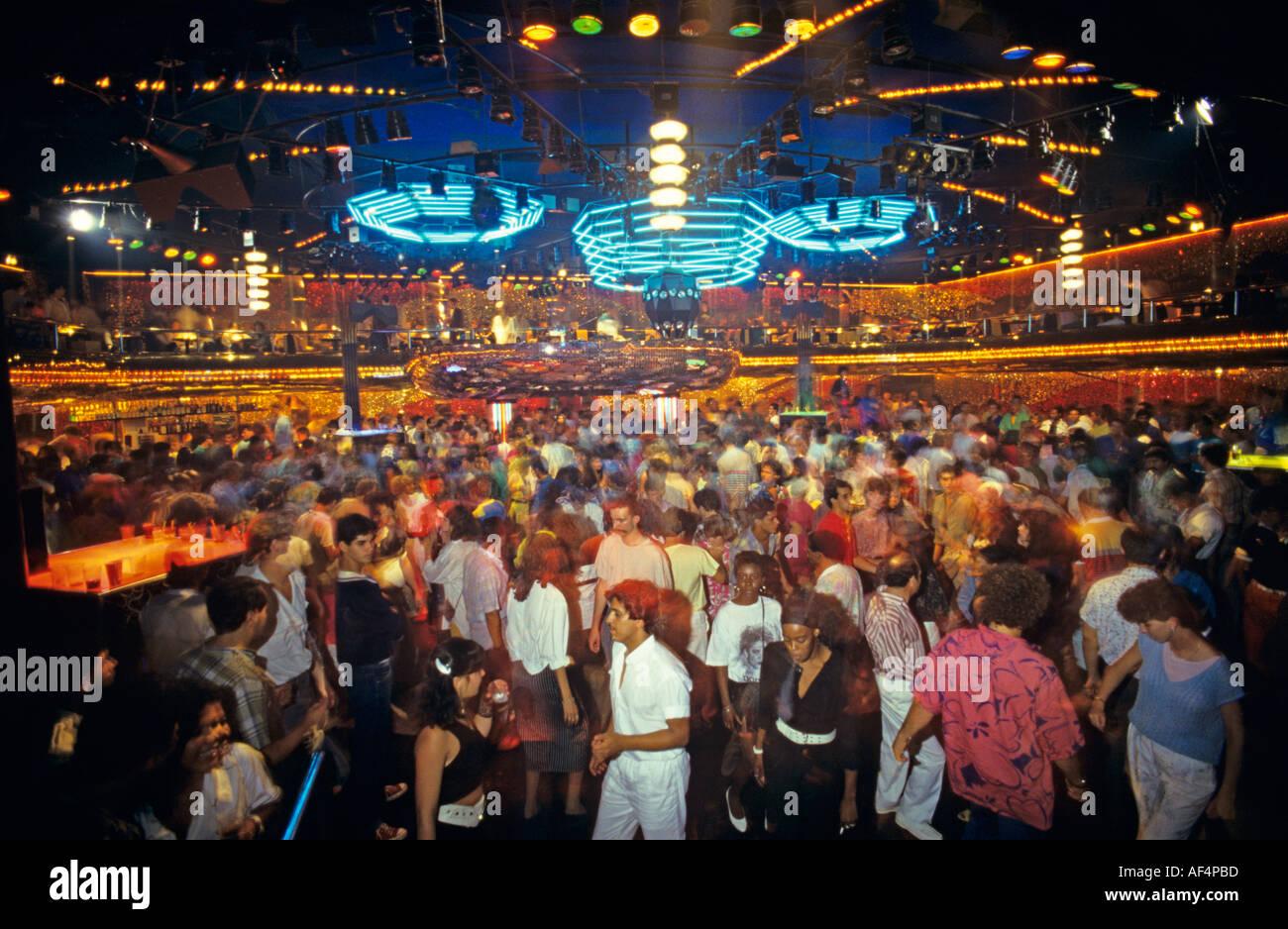 La folla di gente ballare la guida locale discoteca sulla grande pista da ballo con illuminazione colorata di Rio de Janeiro in Brasile Immagini Stock