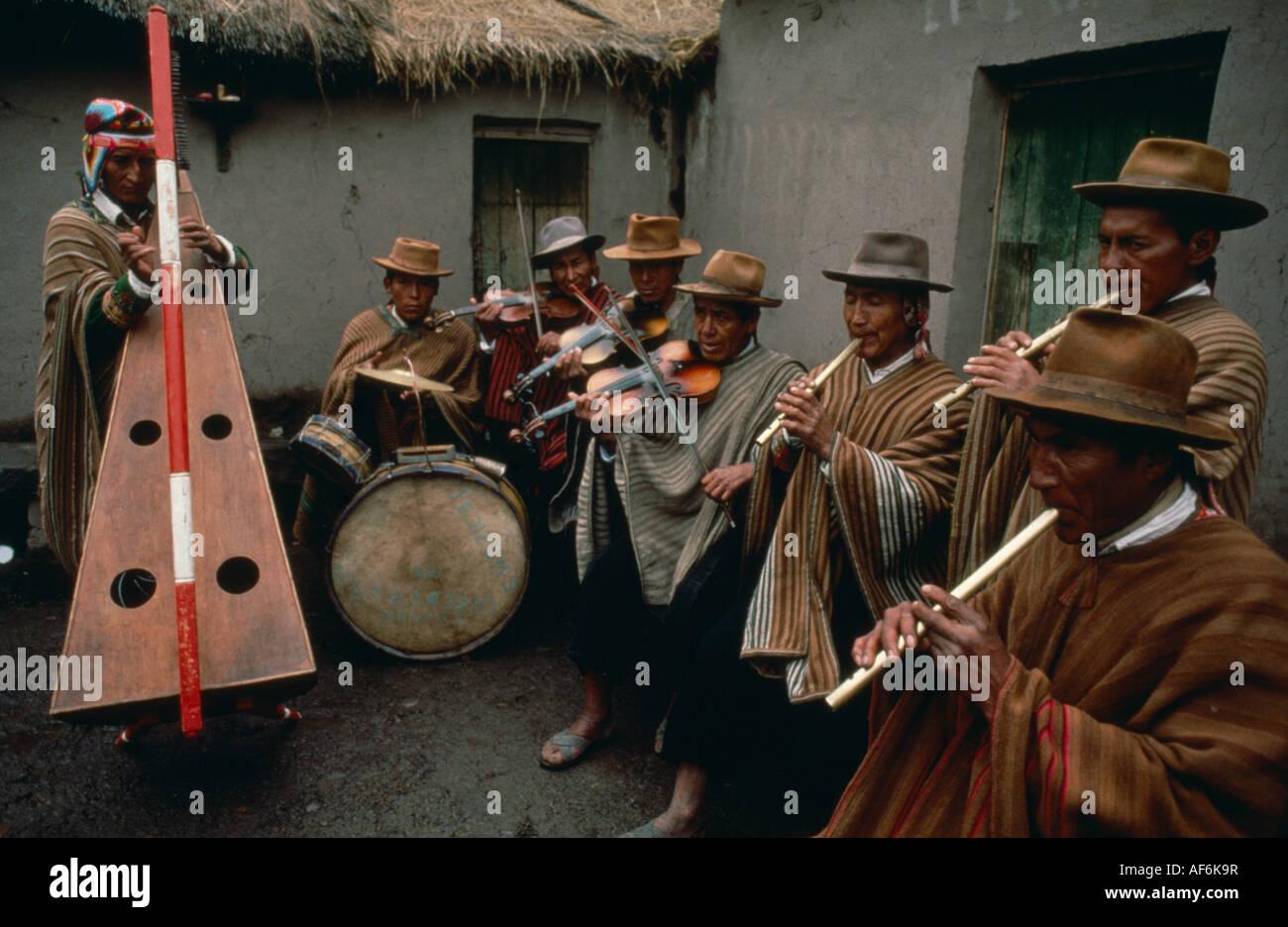 Il Perù Sud America Tinta locale indiana musicisti che suonano i tamburi flauti violini e arpa nel cortile della Foto Stock