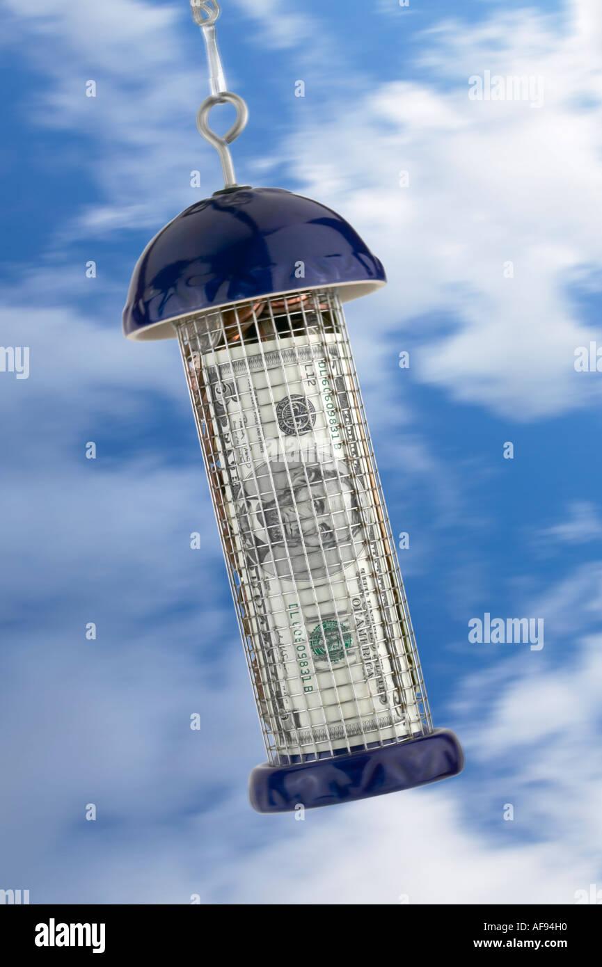Bird Feeder riempita con delle monete in euro e dollaro americano Bill concetto finanziario Immagini Stock