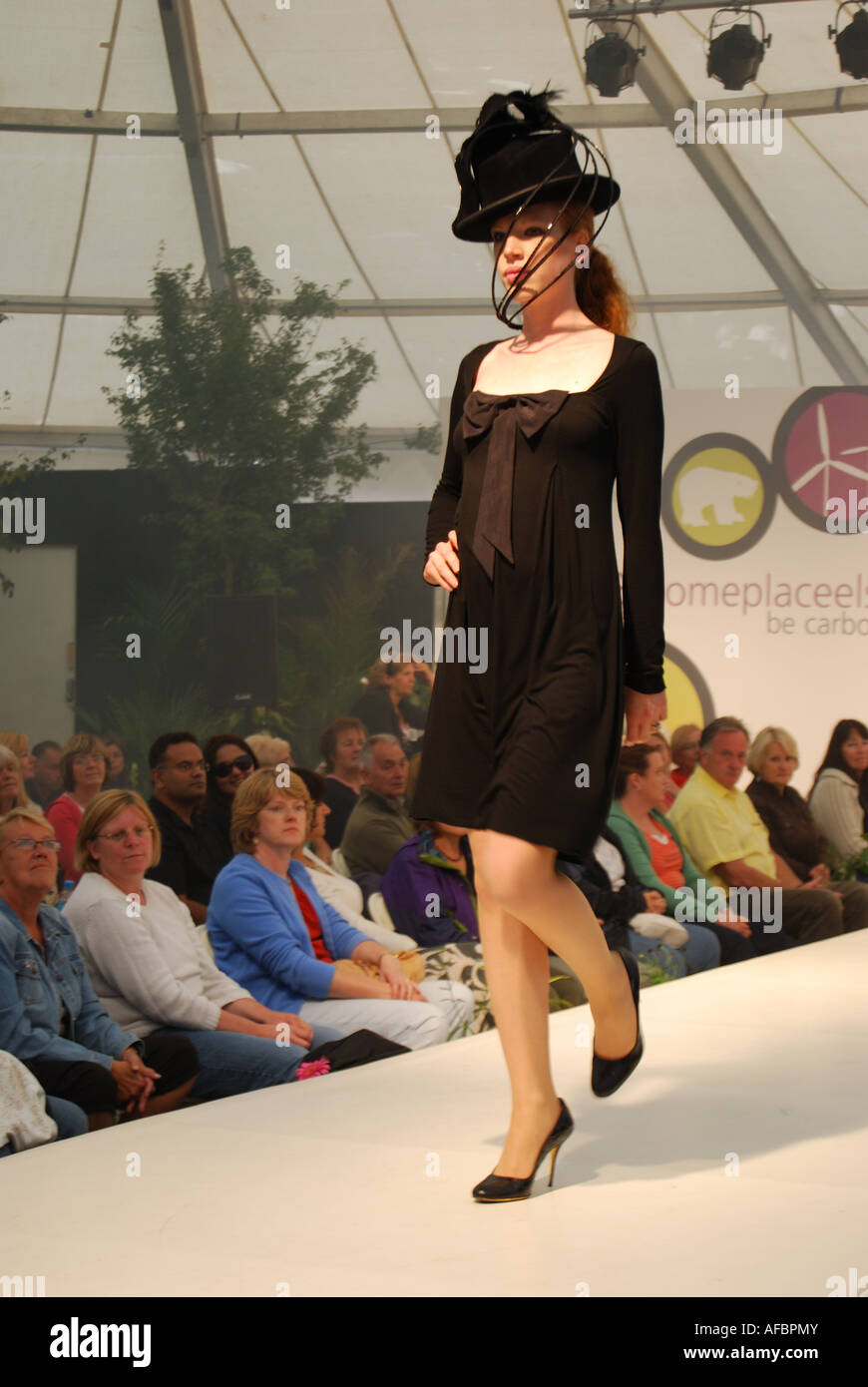 Fashion Show, modello femminile sulla passerella, Hampton Court Flower Show, Hampton Court Palace, Greater London, Immagini Stock