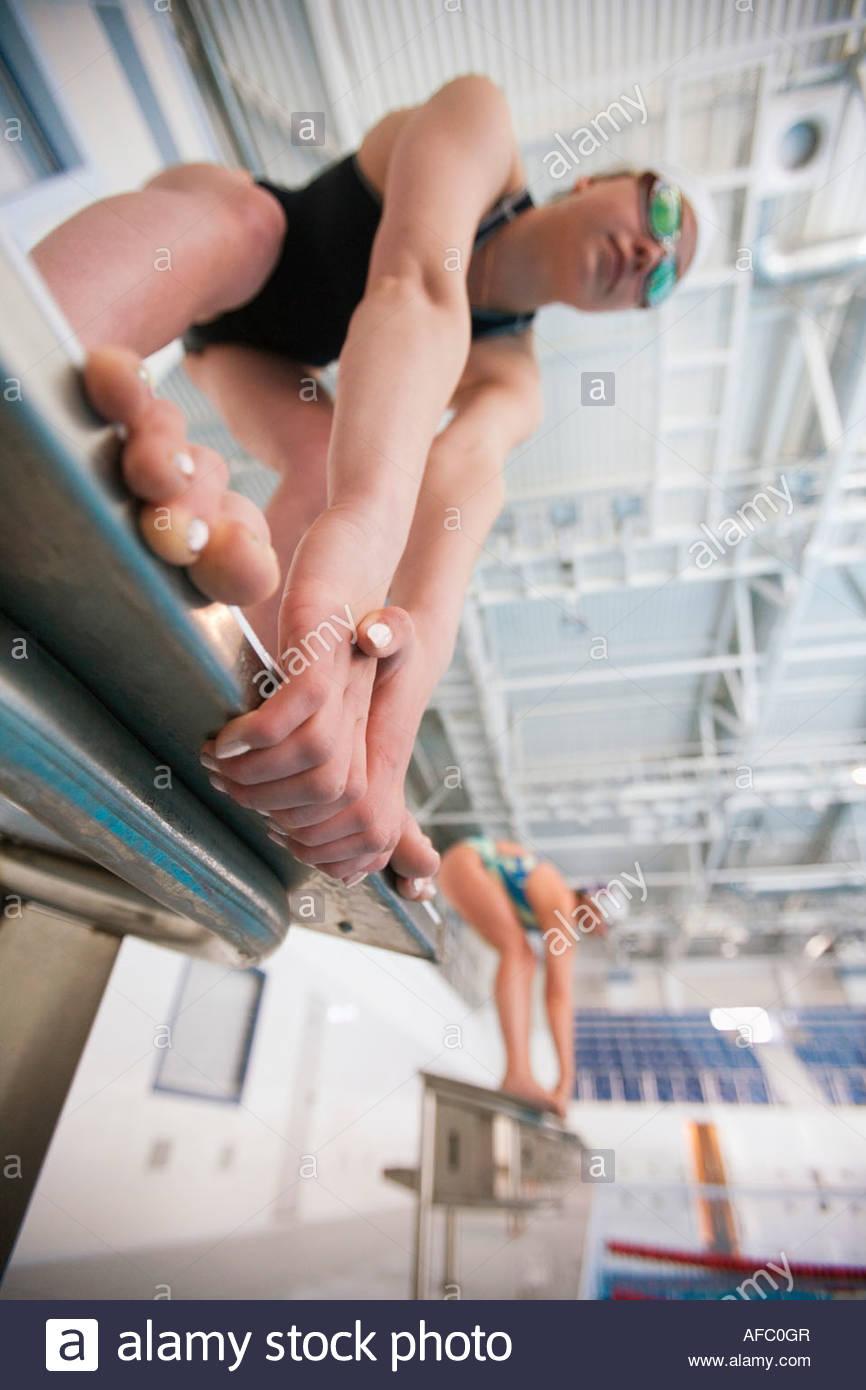 I nuotatori femmina sui blocchi di partenza Immagini Stock