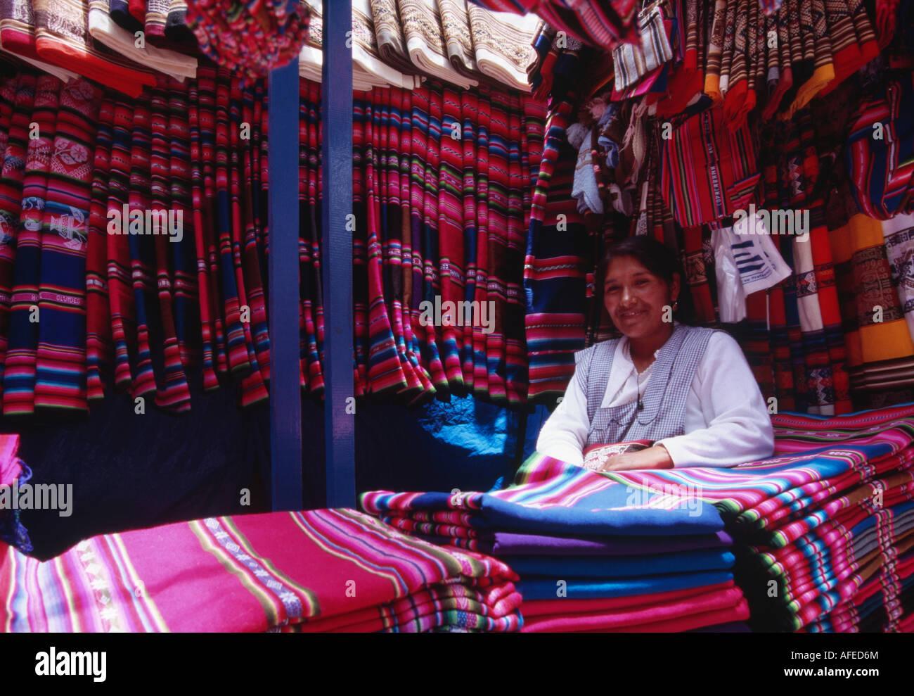 Commerciante tessile - Mercado Negro, La Paz, Bolivia Immagini Stock