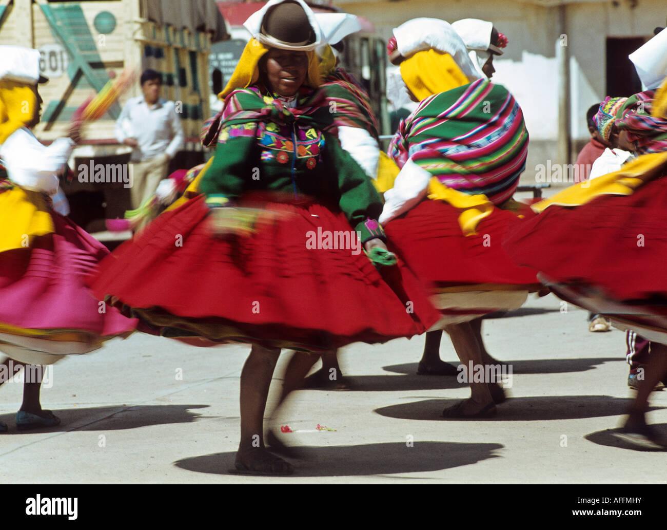 Le donne indiane dancing folklore festival de la Virgen de la calendaria città di Puno Immagini Stock