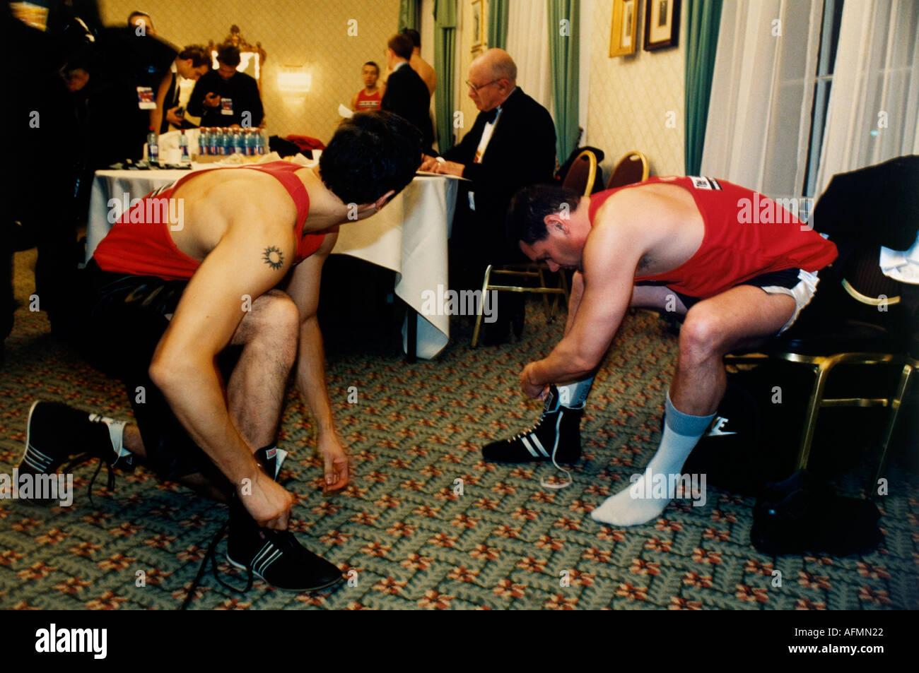 La vera lotta club partecipanti dell'alta adrenalina sport di contatto del collare bianco boxe Immagini Stock