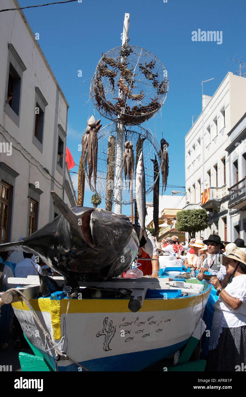 In barca da pesca Mogan con Blue Marlin, calamari e vivere i granchi, Fiesta del Pino 2007, Teror, Gran Canaria Immagini Stock