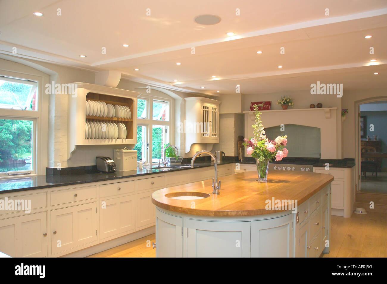 Incasso a soffitto in illuminazione bianca e moderna cucina con