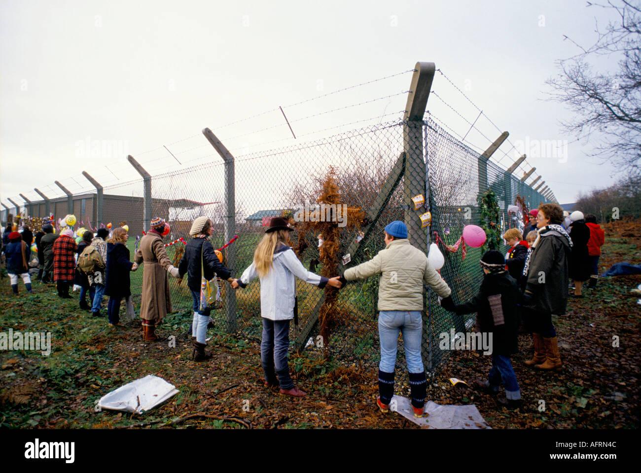 """Greenham Common donna Movimento per la pace. """"Abbracciare la Base' 1982 protesta pacifica. Anni ottanta UK HOMER SYKES Immagini Stock"""