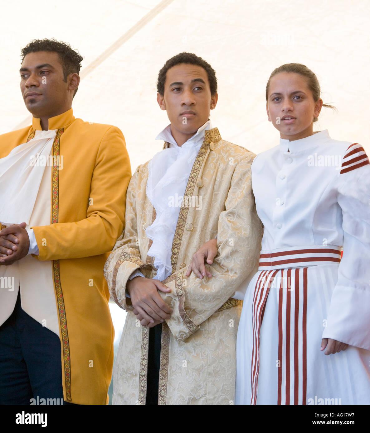 [Attori sul palco indossando inizi XVIII secolo abito in un'auto d'Epoca Rally in 'Mont Choisy'] (sulla costa nord ovest di Mauritius) Immagini Stock
