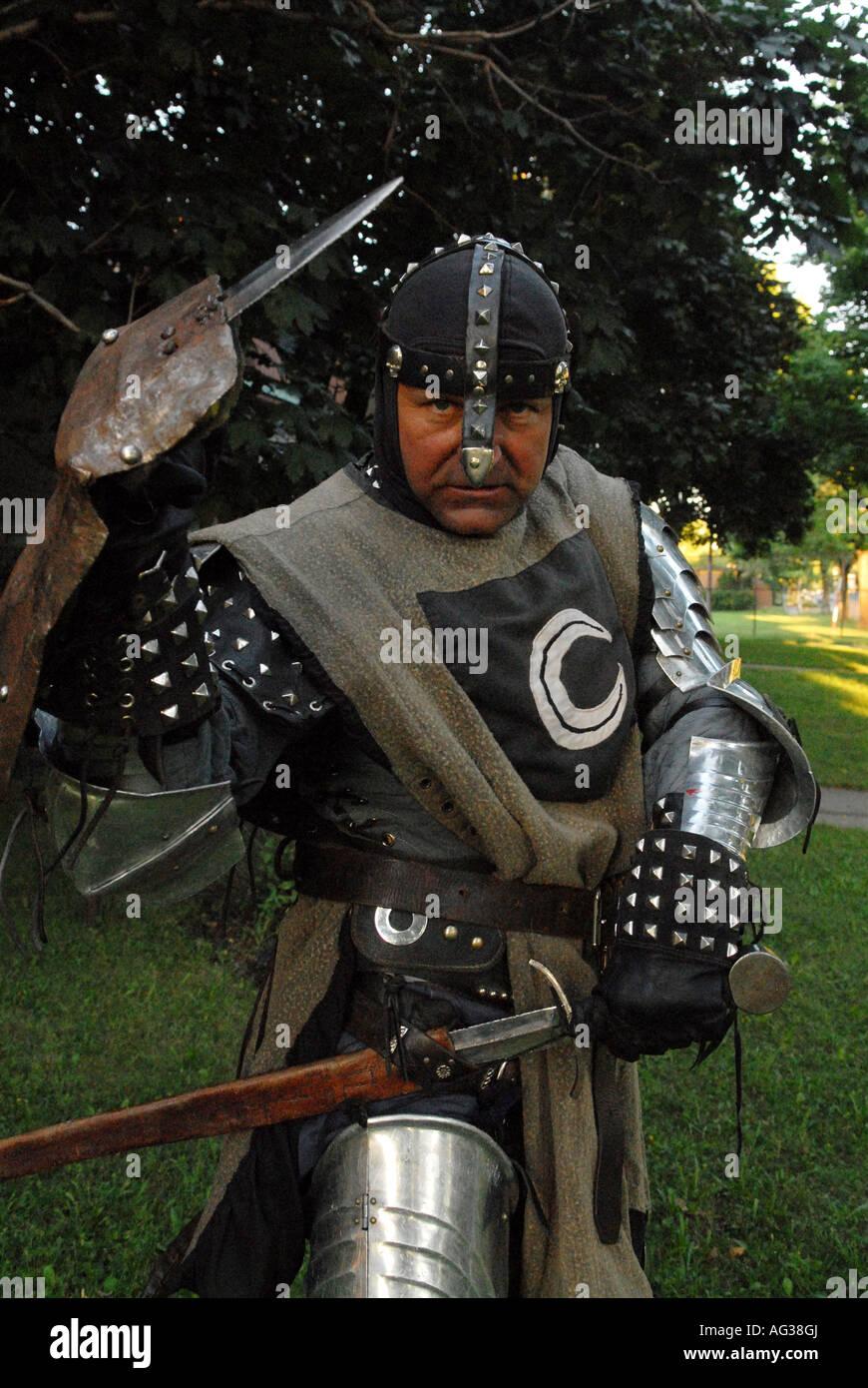 Cavaliere in costume medievale Immagini Stock