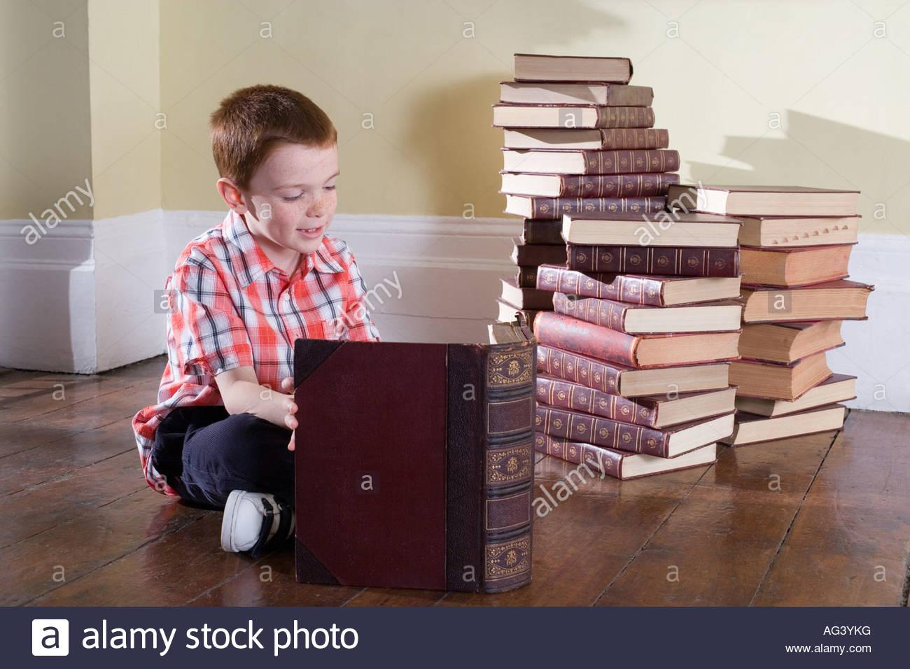 Ragazzo la lettura di libri Immagini Stock