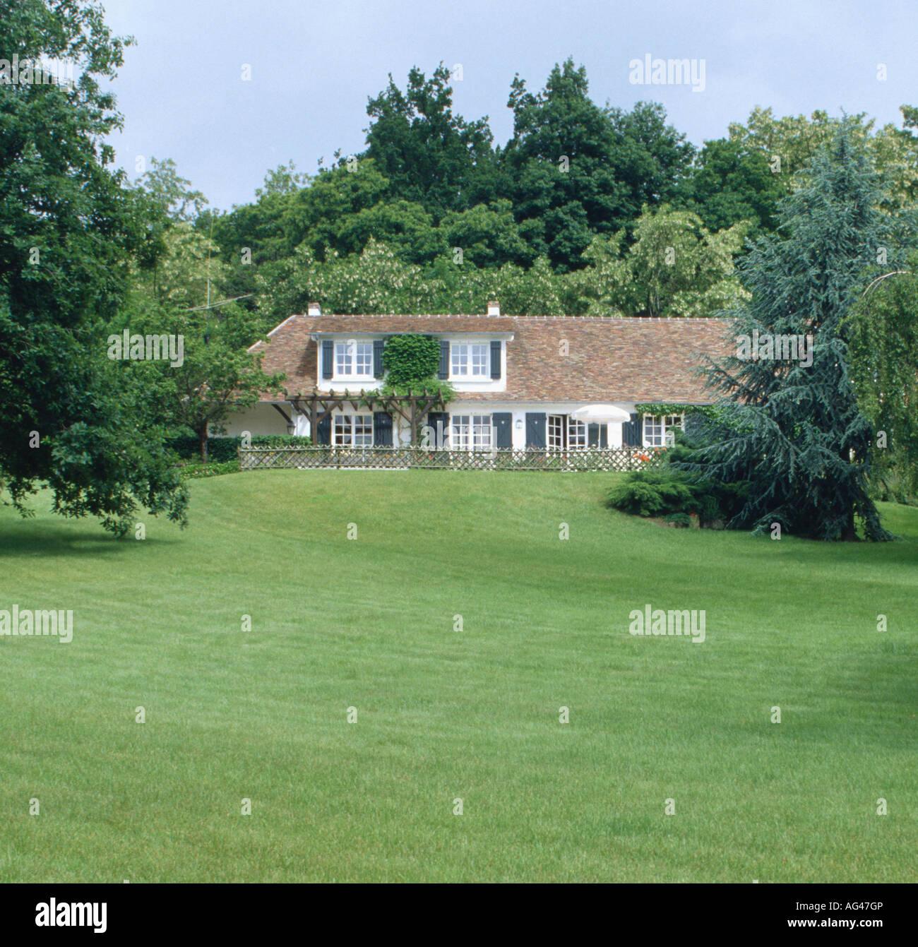 Francese tradizionale casa di campagna con alberi e grande for Casa francese di abiti e profumi