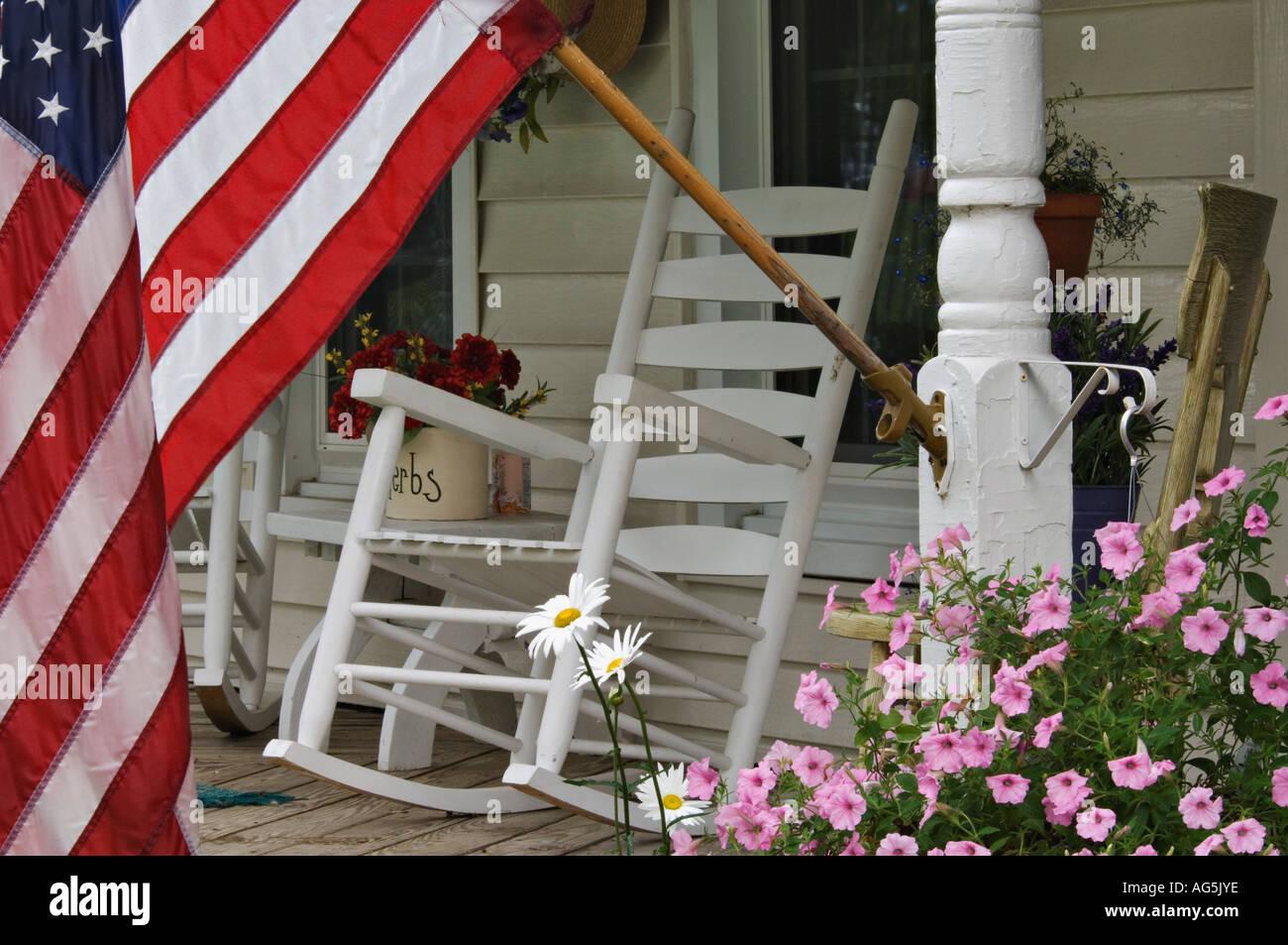 Sedia A Dondolo Americana.Bandiera Americana E La Sedia A Dondolo Sulla Veranda Del Cottage In Stile Vittoriano Con Splendidi Fiori Georgetown Indiana Foto Stock Alamy