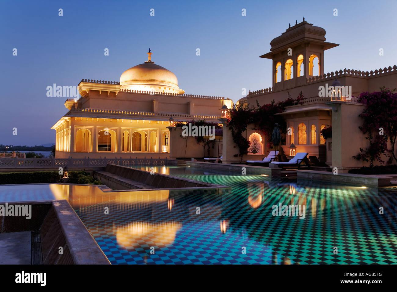 Udaivilâs esclusivo hotel Oberoi di notte affacciato sul cristallina piscina Udaipur Foto Stock