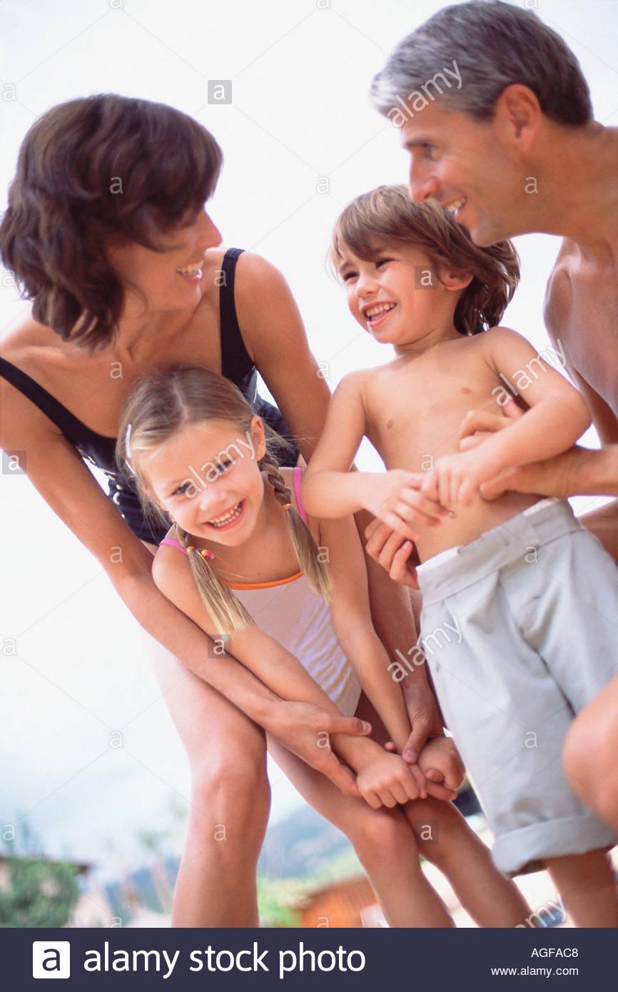 La famiglia felice in costume da bagno Foto Stock