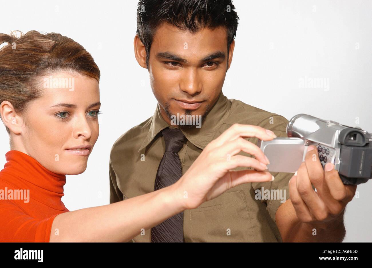 Le persone che usano la telecamera video Immagini Stock