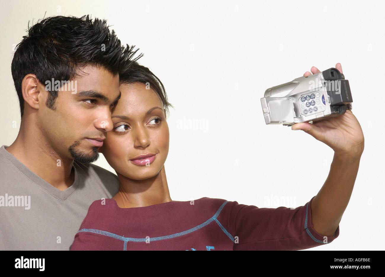 Coppia utilizzando la telecamera video Immagini Stock