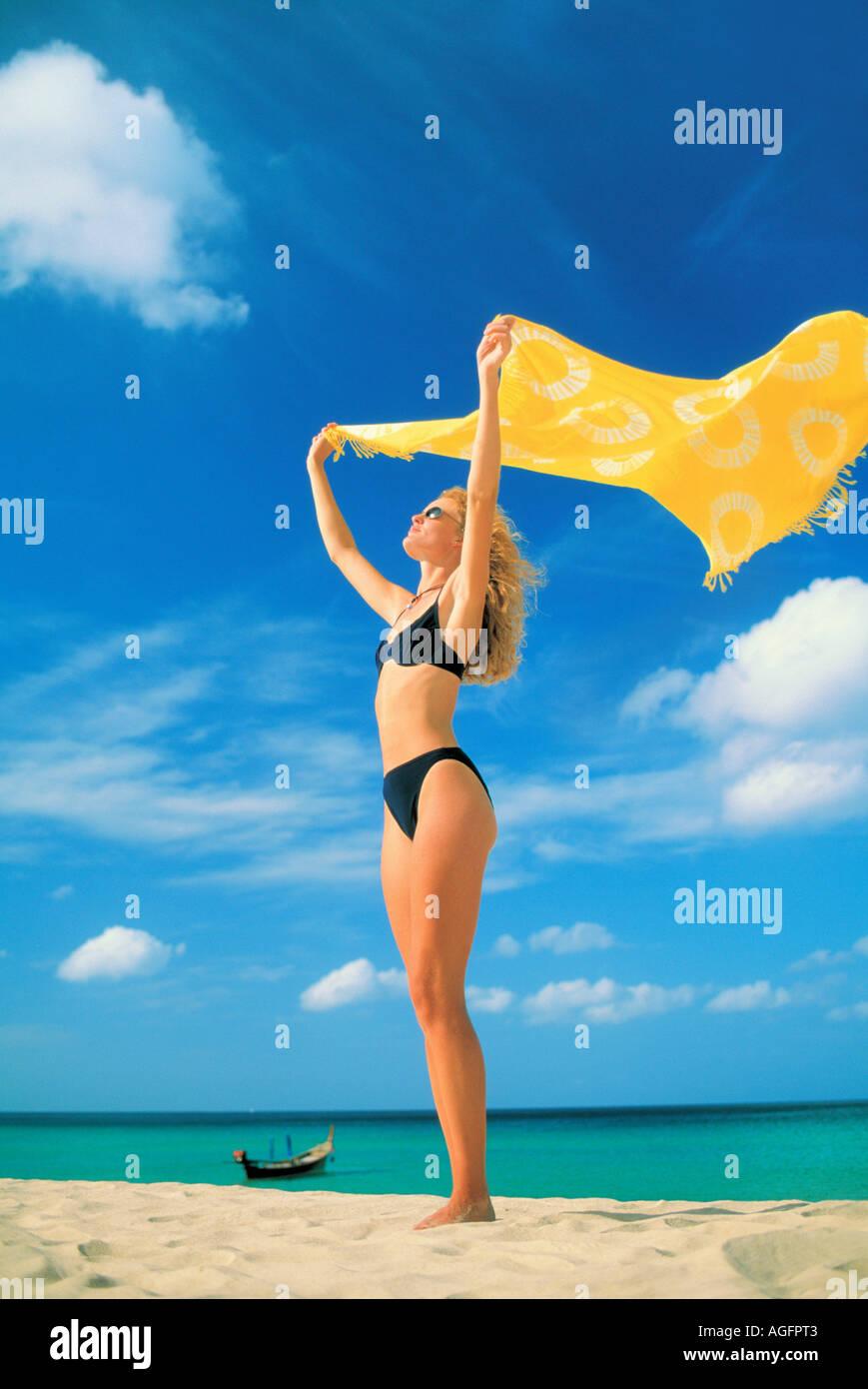 Donna con sarong su Beach, Phuket, Tailandia Immagini Stock