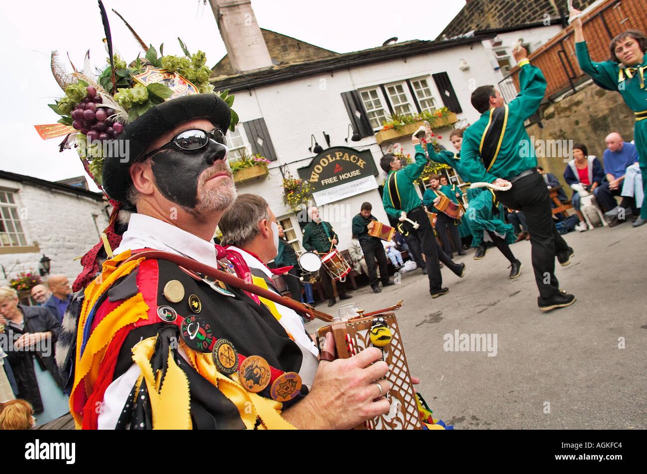 Wayzgoose morris uomo suona la fisarmonica per i ballerini morris dancing a un festival di musica popolare Yorkshire England Regno Unito Immagini Stock