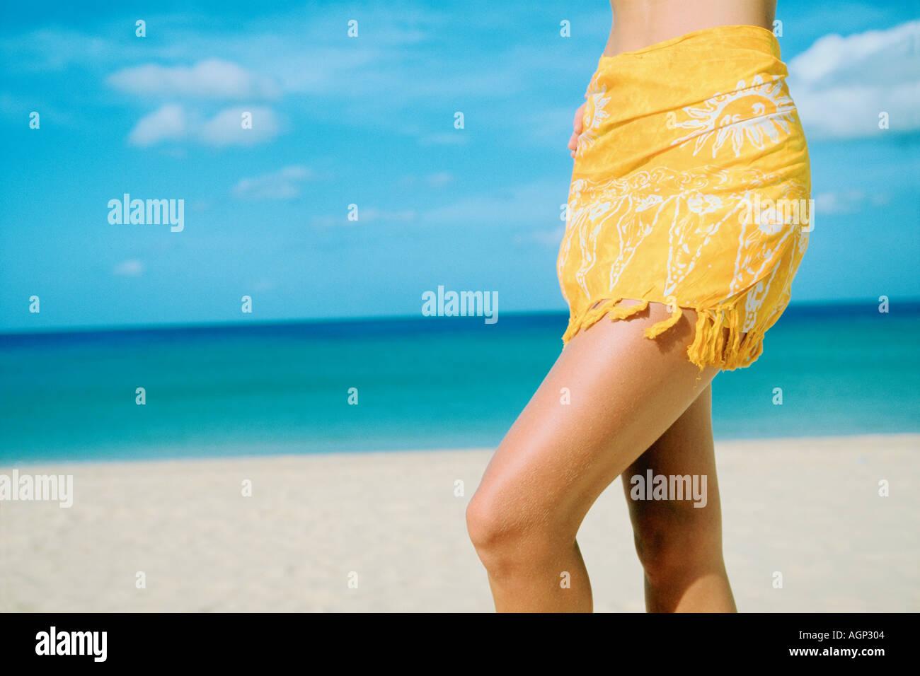 Giovane donna in bikini con sarong su una spiaggia tropicale Koh Phi Phi Island Thailandia Immagini Stock