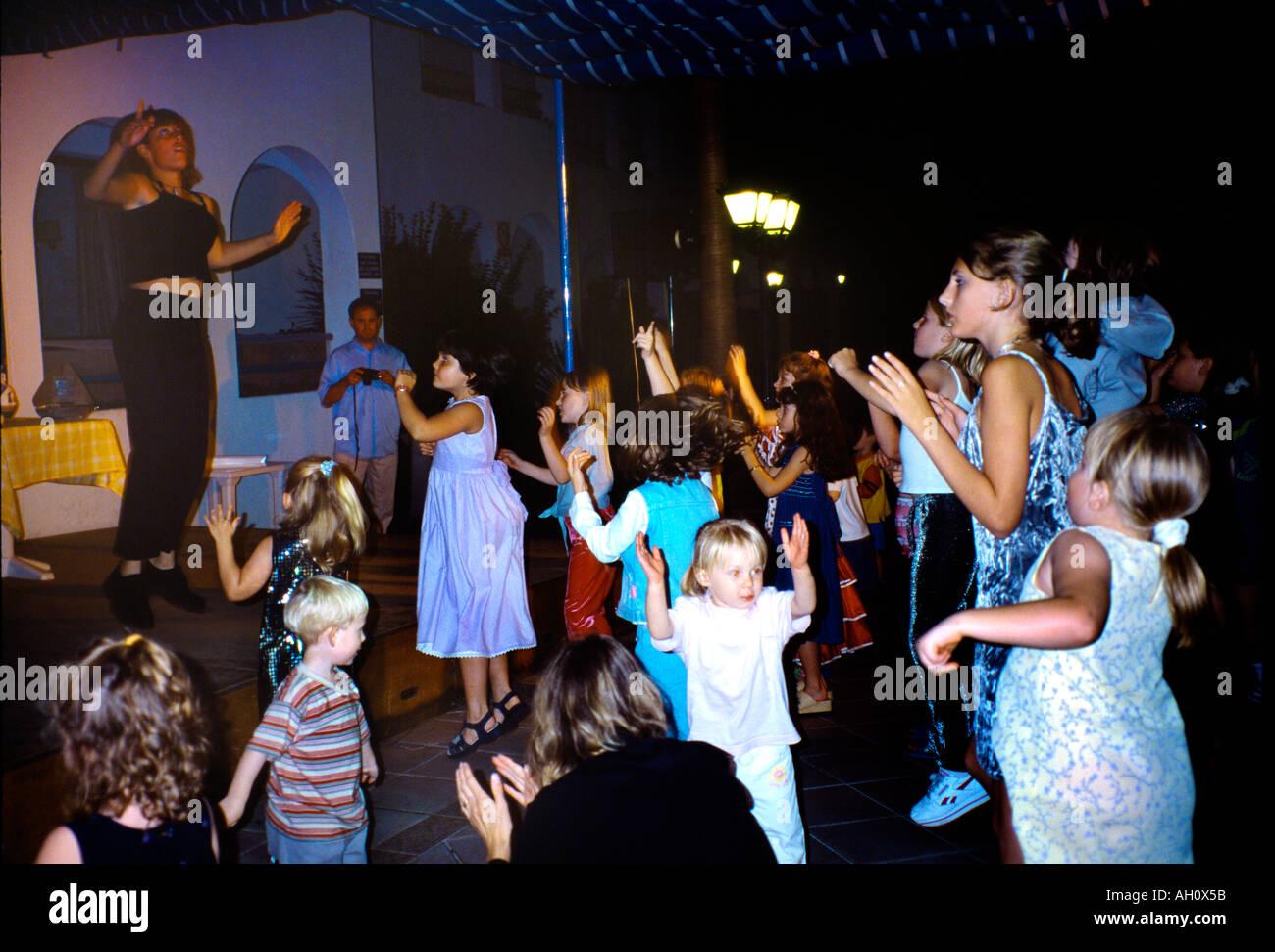 Sant Thomas Minorca isole Baleari Spagna i bambini danza con Holiday Rep a una mini discoteca al Resort Immagini Stock