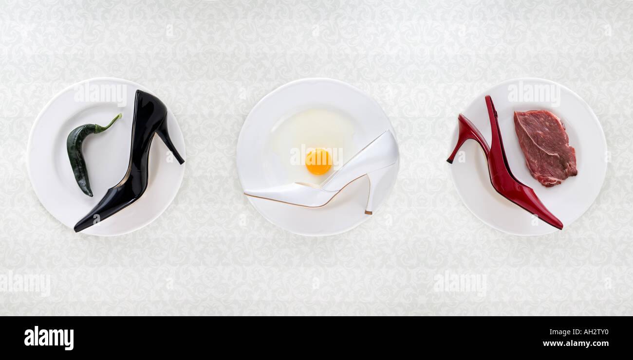 Nero, rosso, bianco tacchi alti con pepe, uova, carne, studio shot Foto Stock