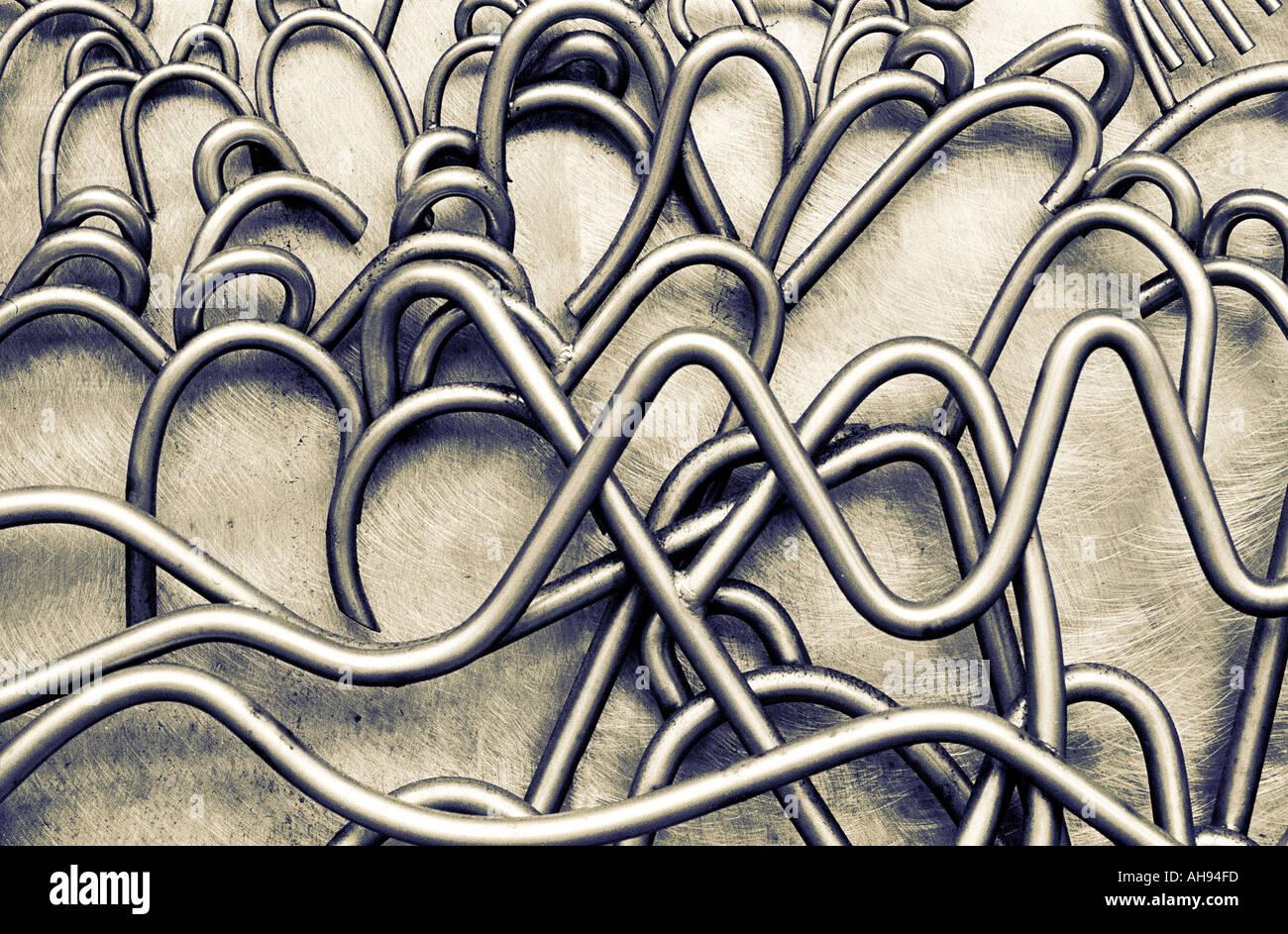 Ritorto e scolpito curva tubi di metallo come ad esempio cavi riflettente sulla superficie metallica Immagini Stock
