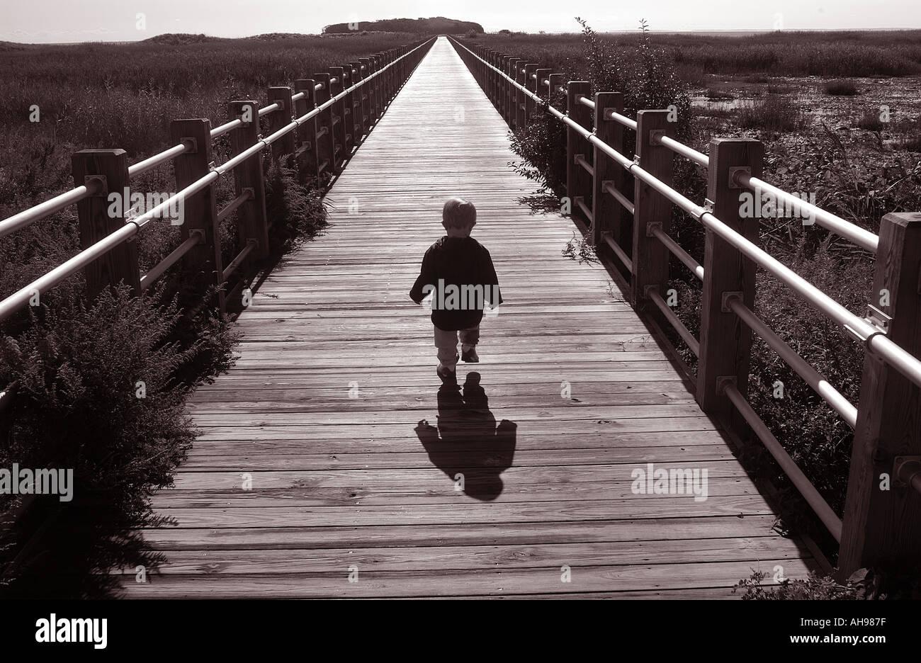 Piccolo Ragazzo camminando sul sentiero in futuro la vita Immagini Stock