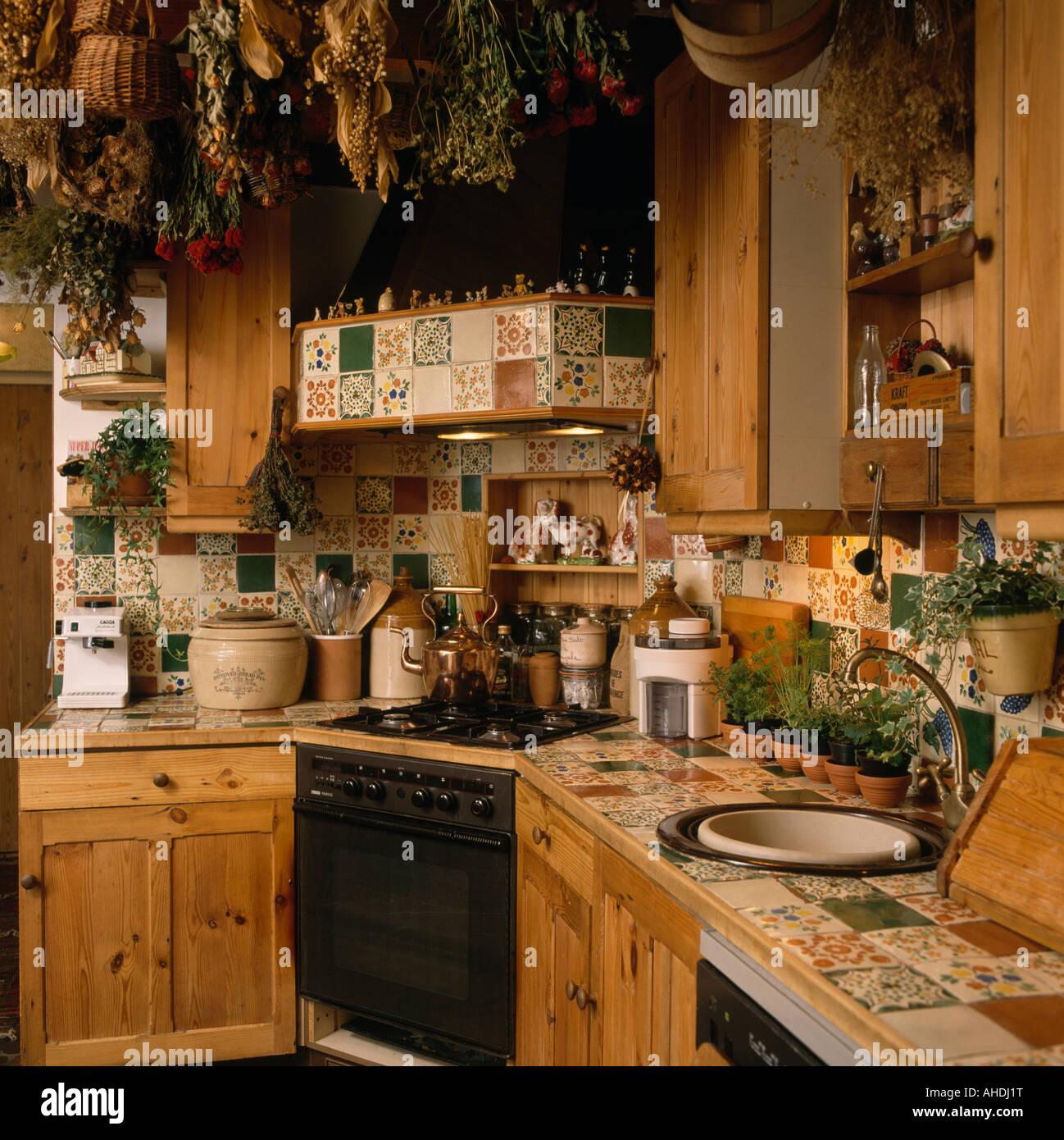 Piastrelle Cucina Con Fiori pino degli anni ottanta cucina attrezzata con piastrelle a