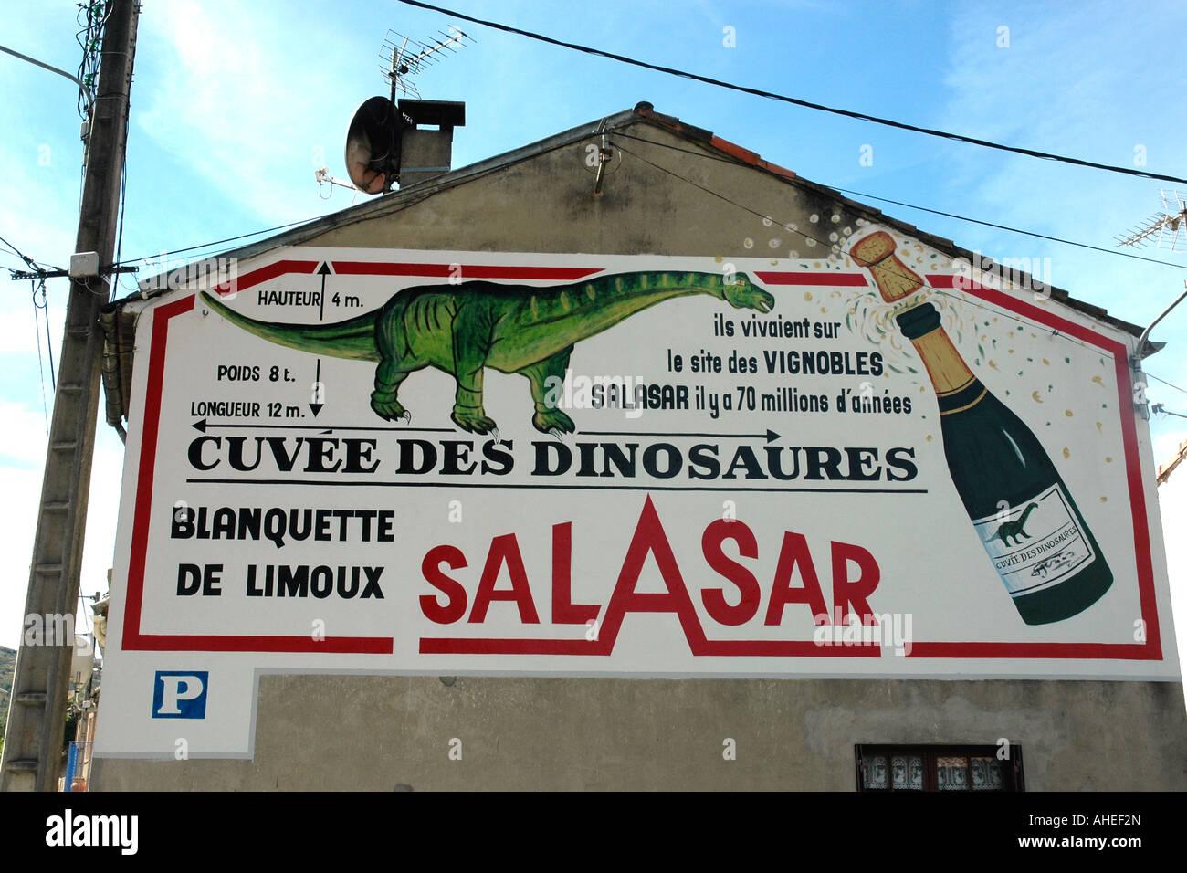 Le scoperte di dinosauri in Esperaza richiesto drammatica la promozione su una parete sul lato della strada per Immagini Stock