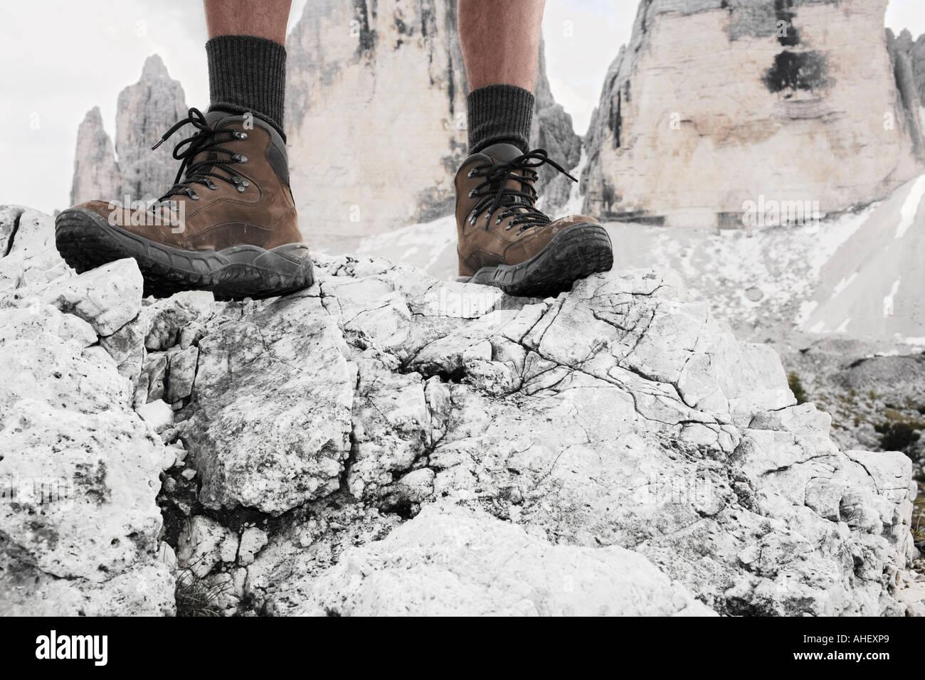L alpinista in piedi di fronte a vertici Tre Cime tre cime delle Alpi  Dolomiti Italia ac6b954c8ba