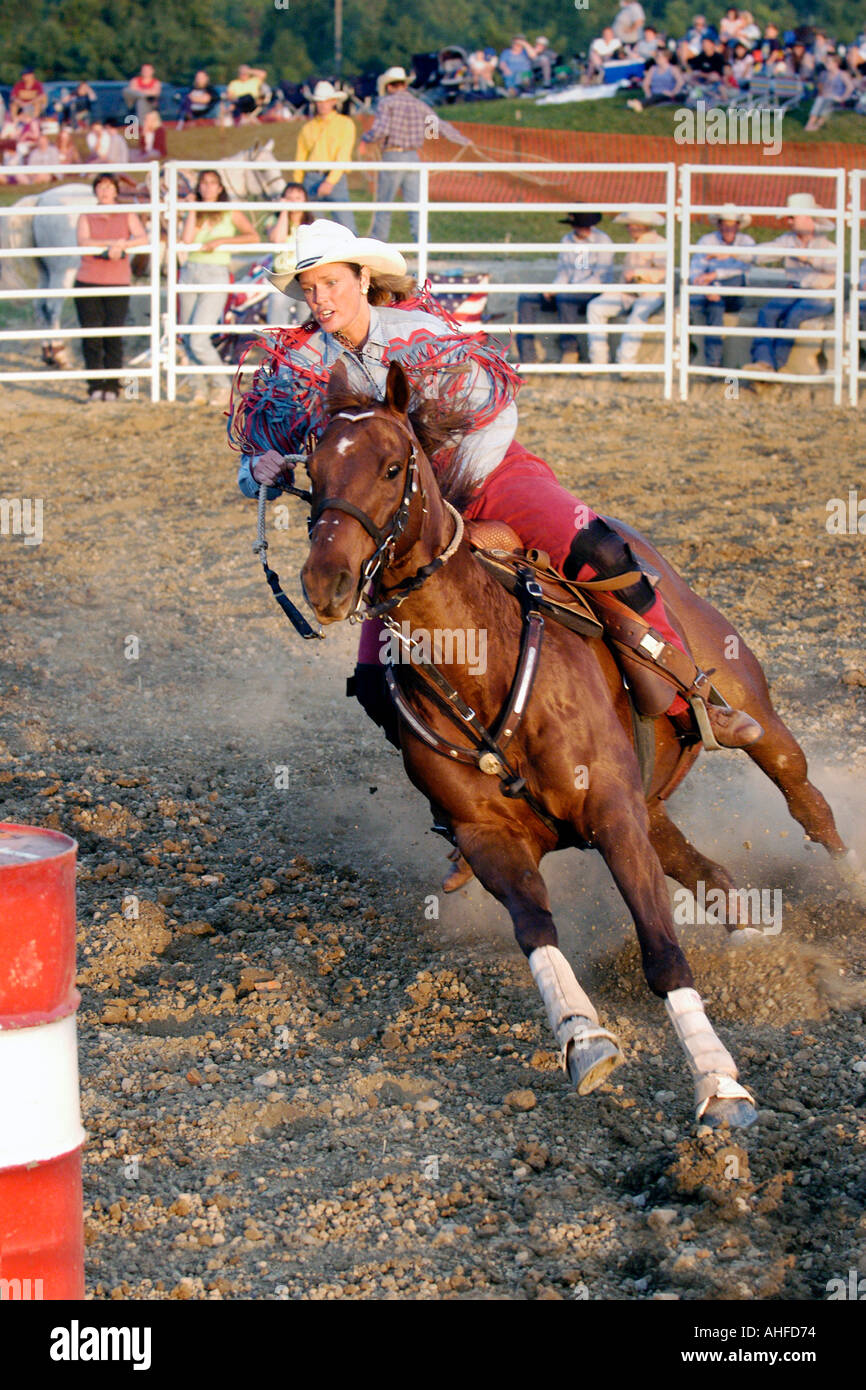 Femmine competere nel Rodeo canna la concorrenza Immagini Stock