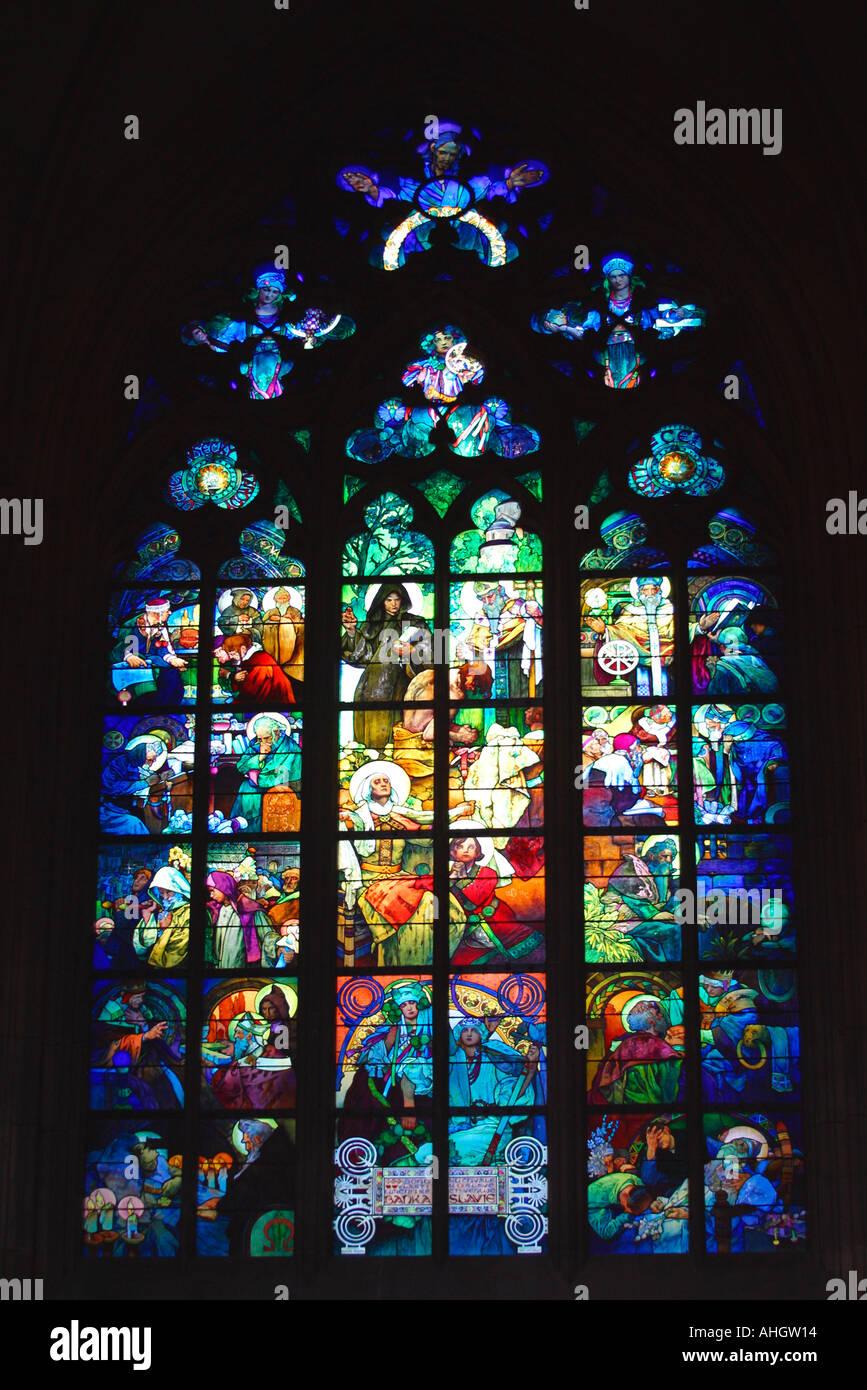 Praga la cattedrale di San Vito Vetrate di Alfonsa Mucha Praga Repubblica Ceca Europa orientale UE Immagini Stock