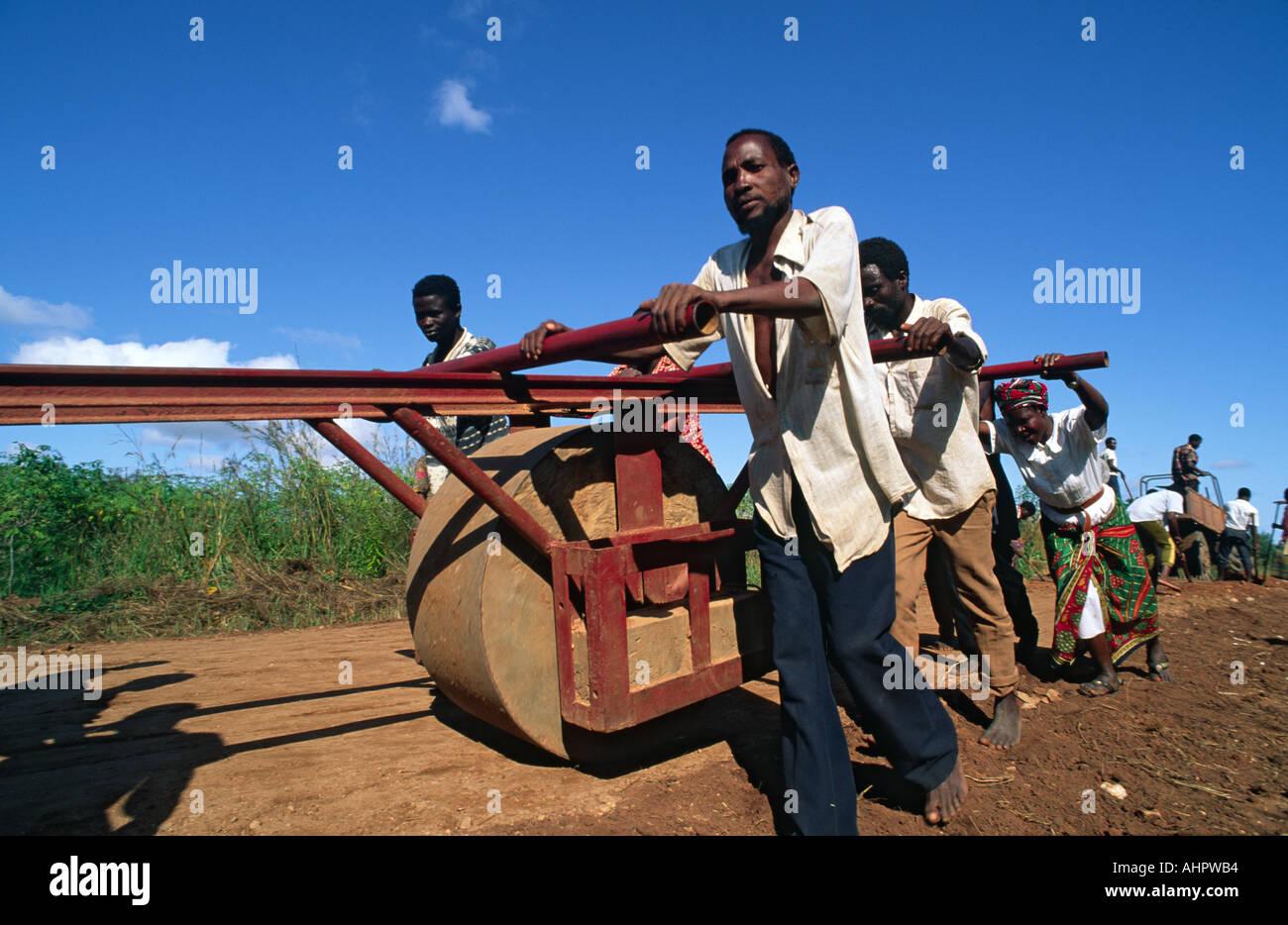 La costruzione di una nuova strada. Mozambico Immagini Stock