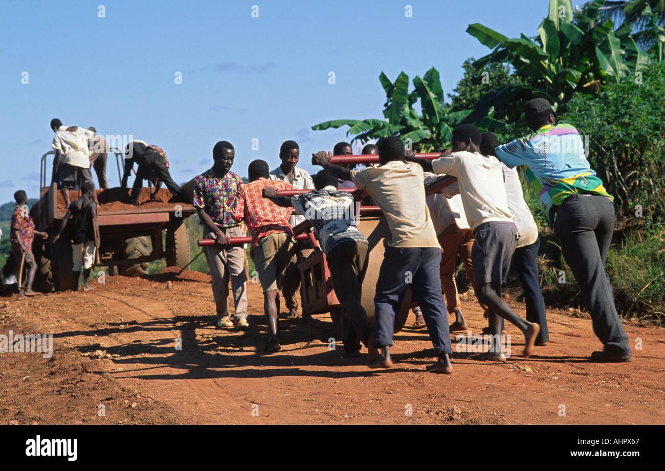 La costruzione di una nuova strada a mano dopo la guerra civile. Mozambico Immagini Stock